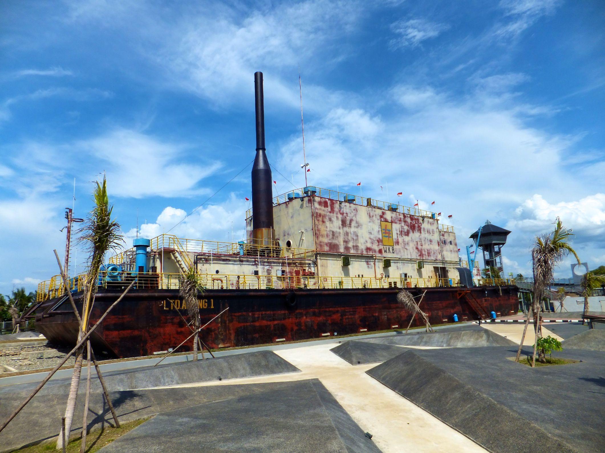 Überseeschiff mitten in Banda Aceh
