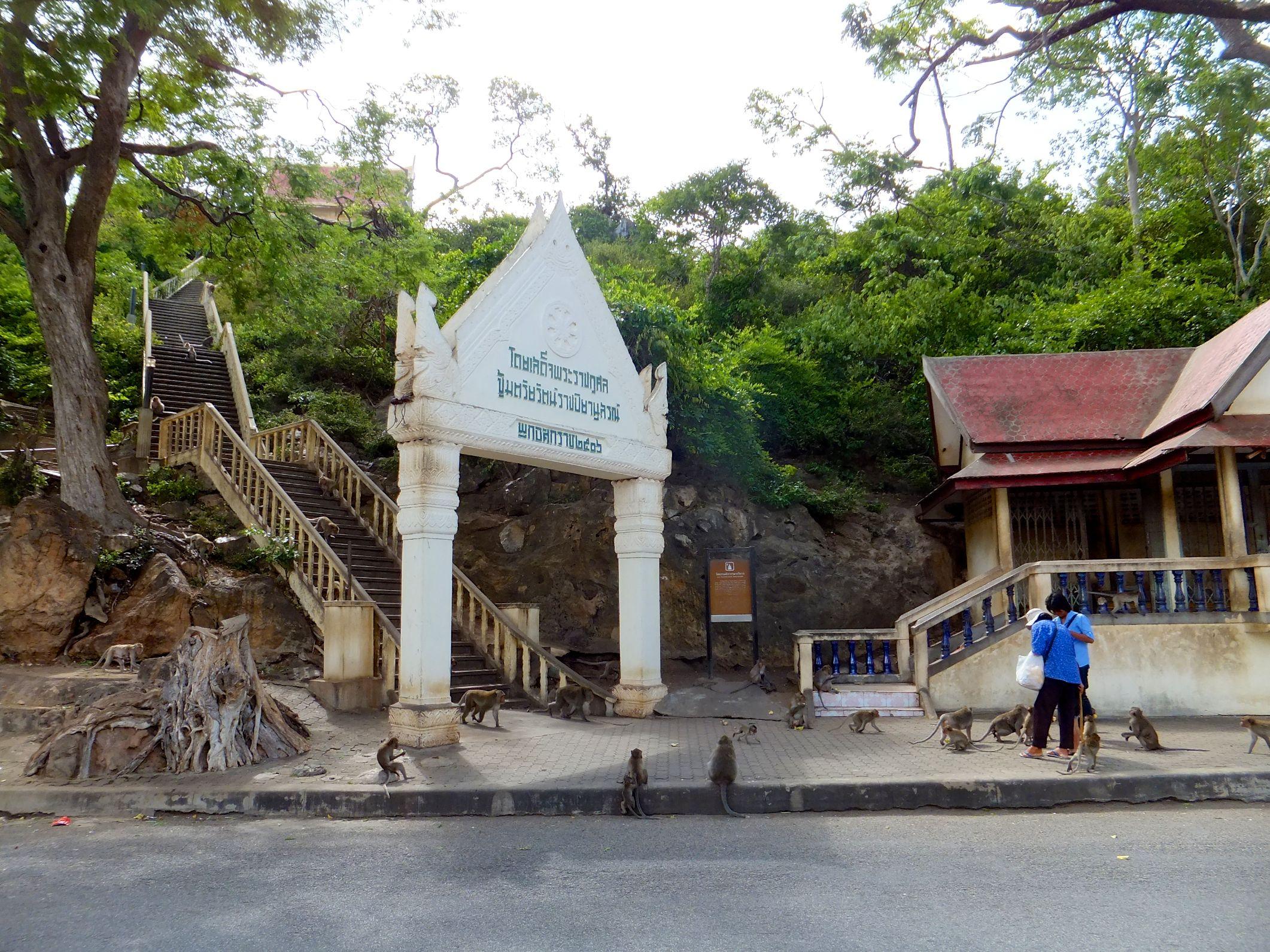 Aufgang zum Wat Thammikaram – Achte auf die Affen