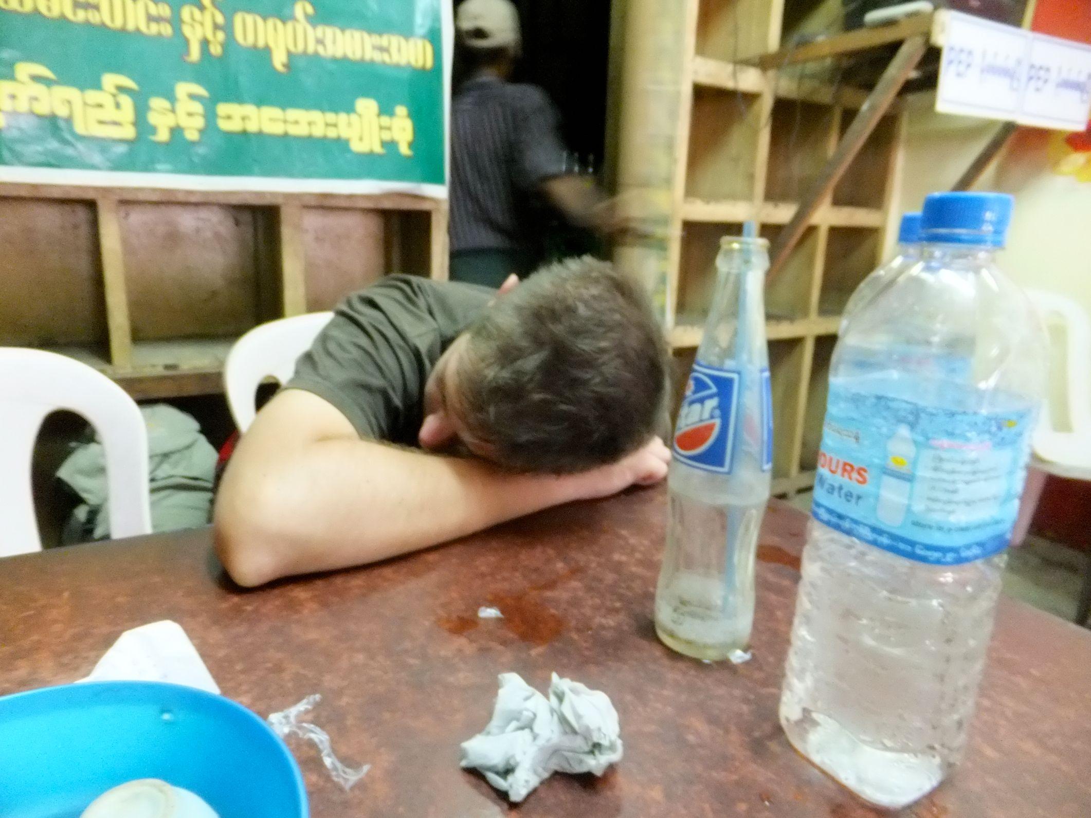 Warten auf unseren Bus in Yagon