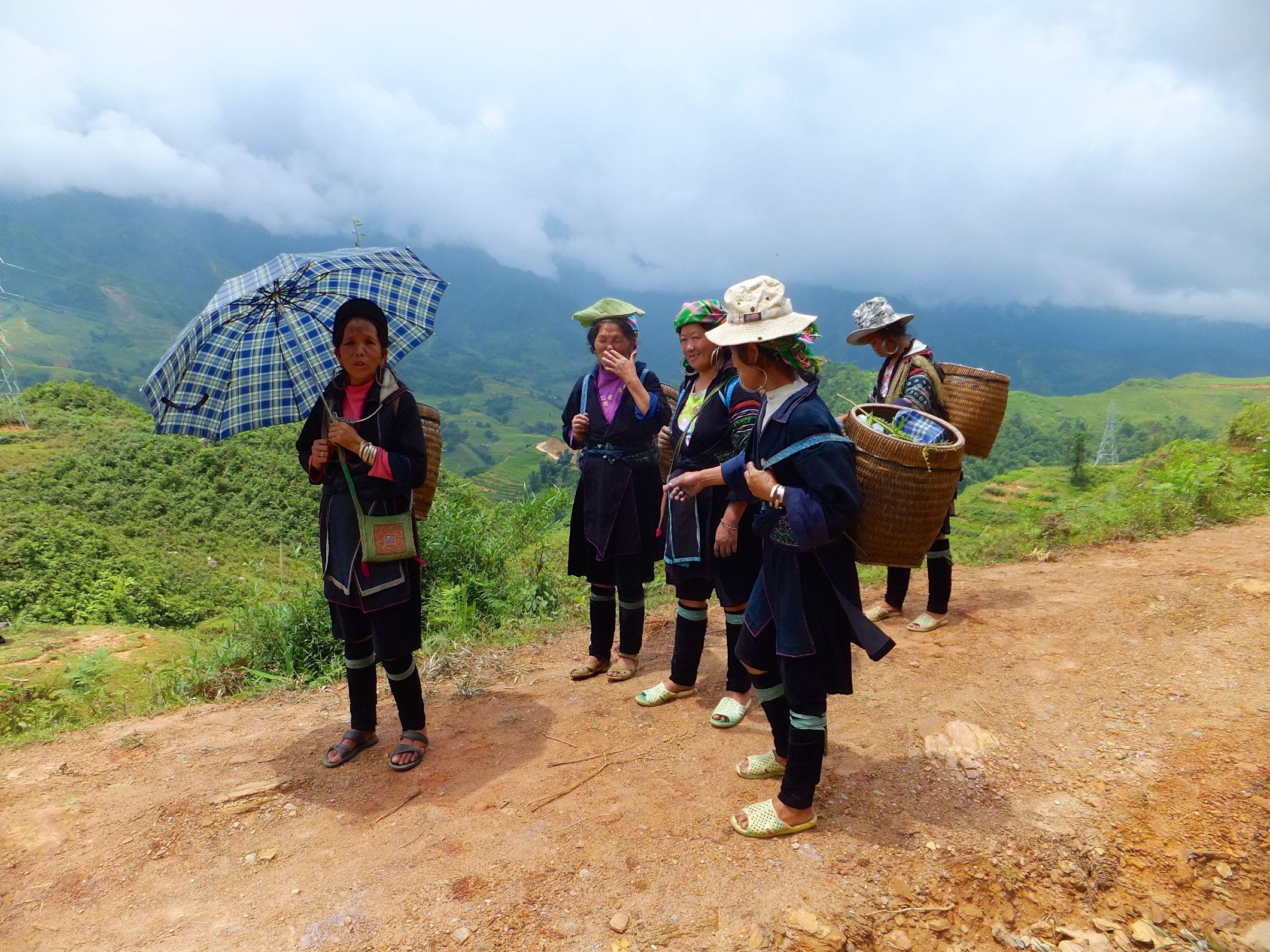 Auf der Wanderung die H'Mong Frauen