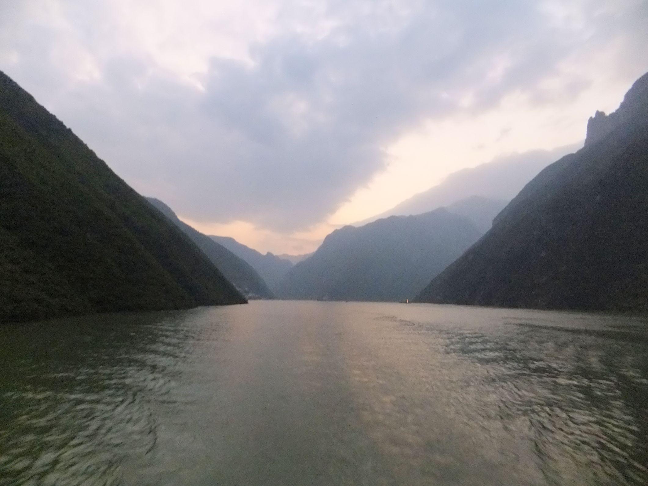 Eine chinesische Schifffahrt über den Yangtse zum Drei-Schluchten-Staudamm