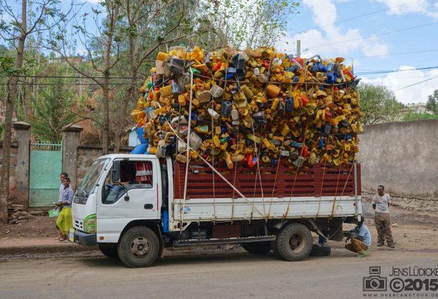 LKW mit ein paar Plastikflaschen