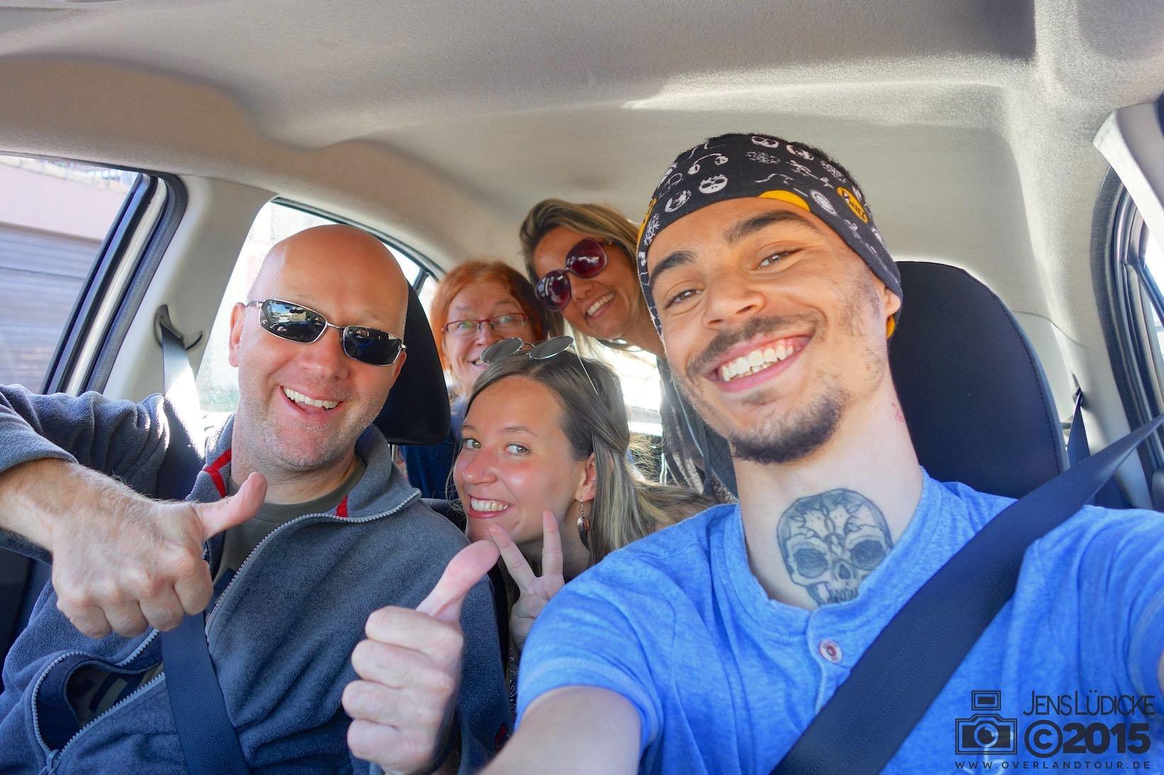 Die Reisegesellschaft im Auto