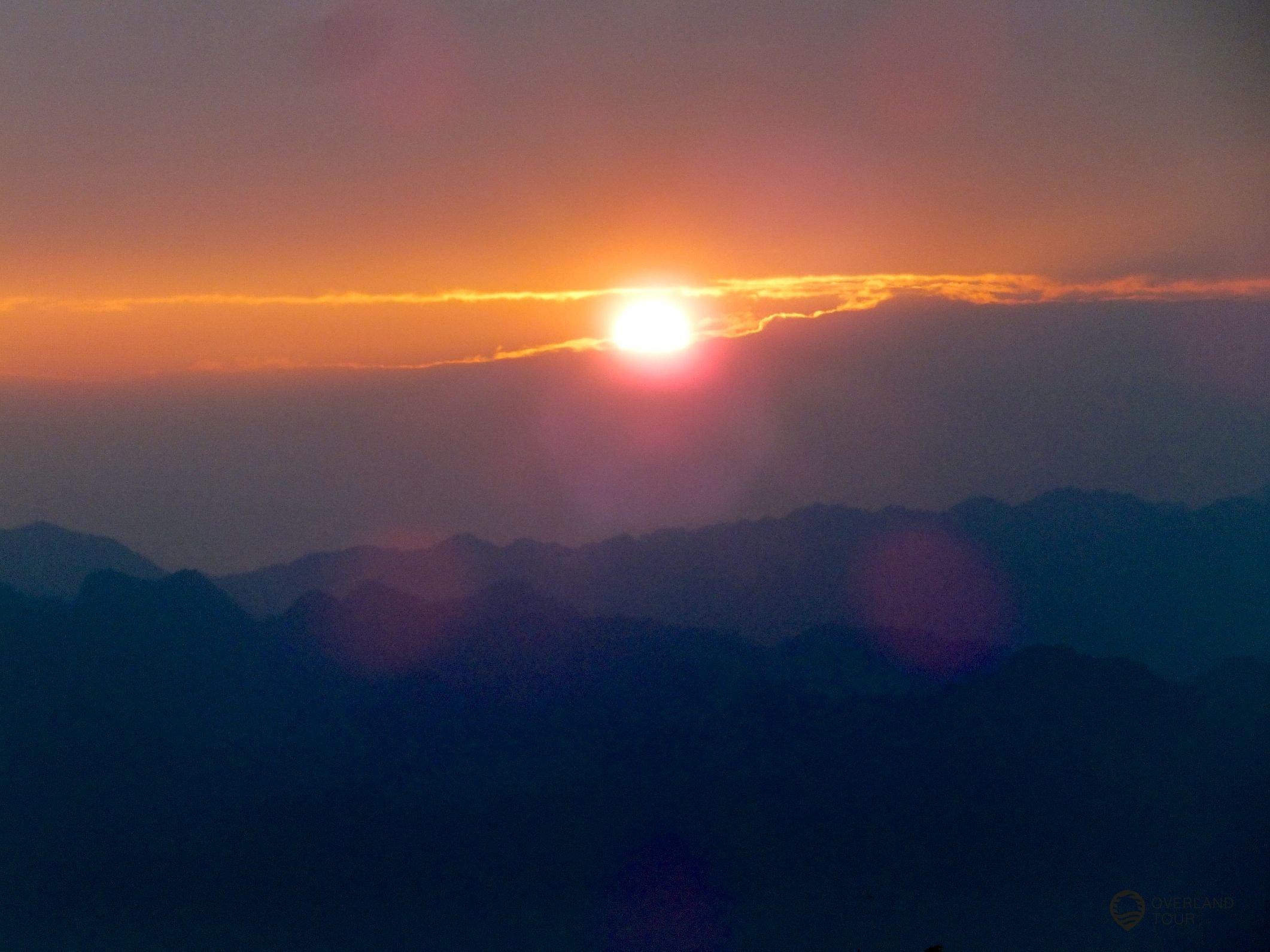 Der Sonnenuntergang in den Bergen