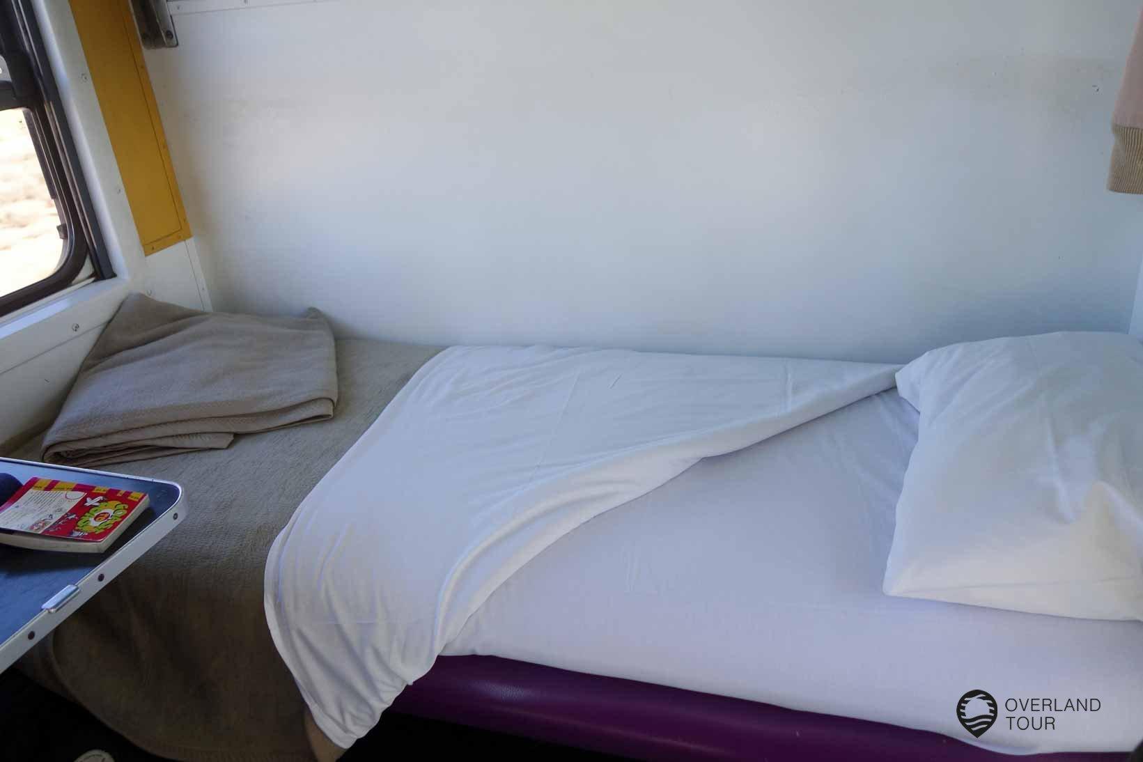 Sitzplatz zum Bett umgebaut mit frischer Bettwäsche