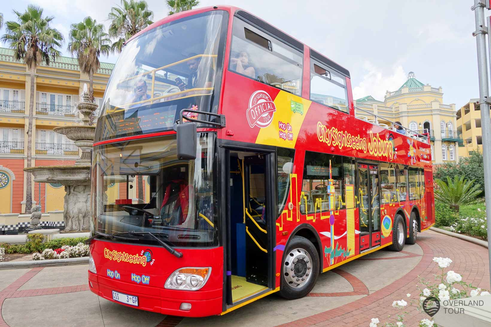 Der rote City Sightseeing Doppeldeckerbus