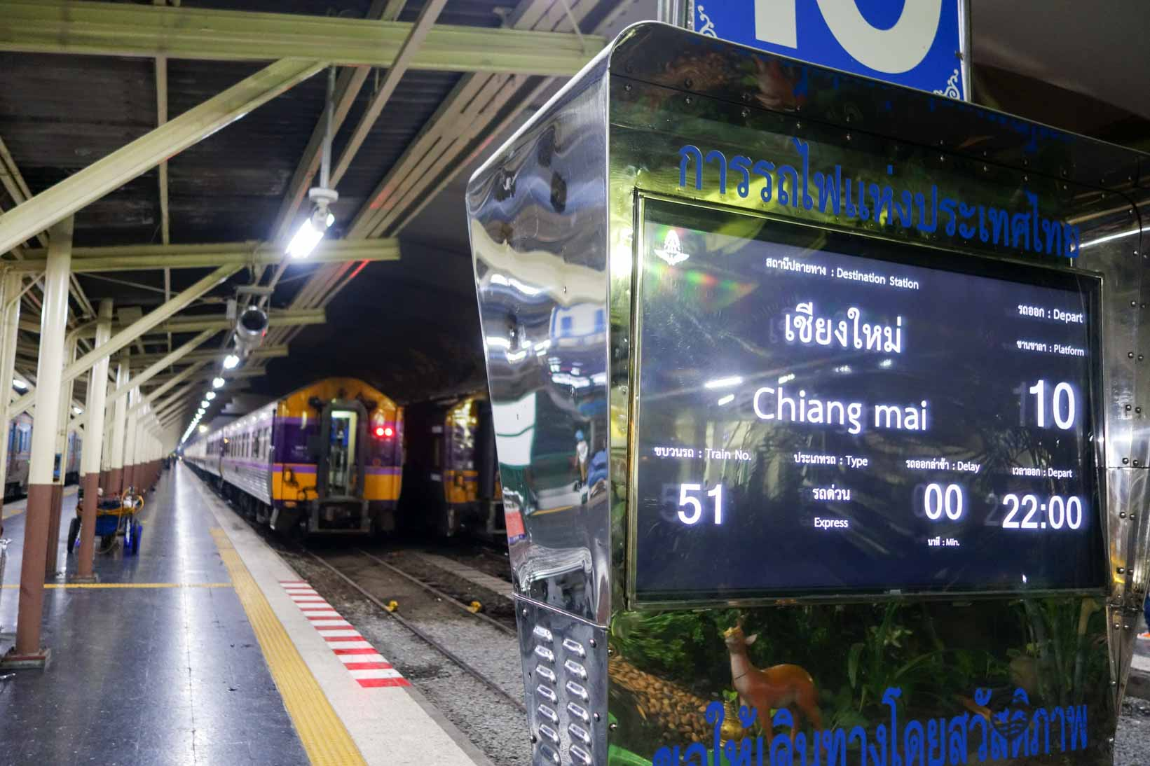 Im Hauptbahnhof Hua Lamphong in Bangkok - Abfahrt nach Chiang Mai um 22.00 Uhr