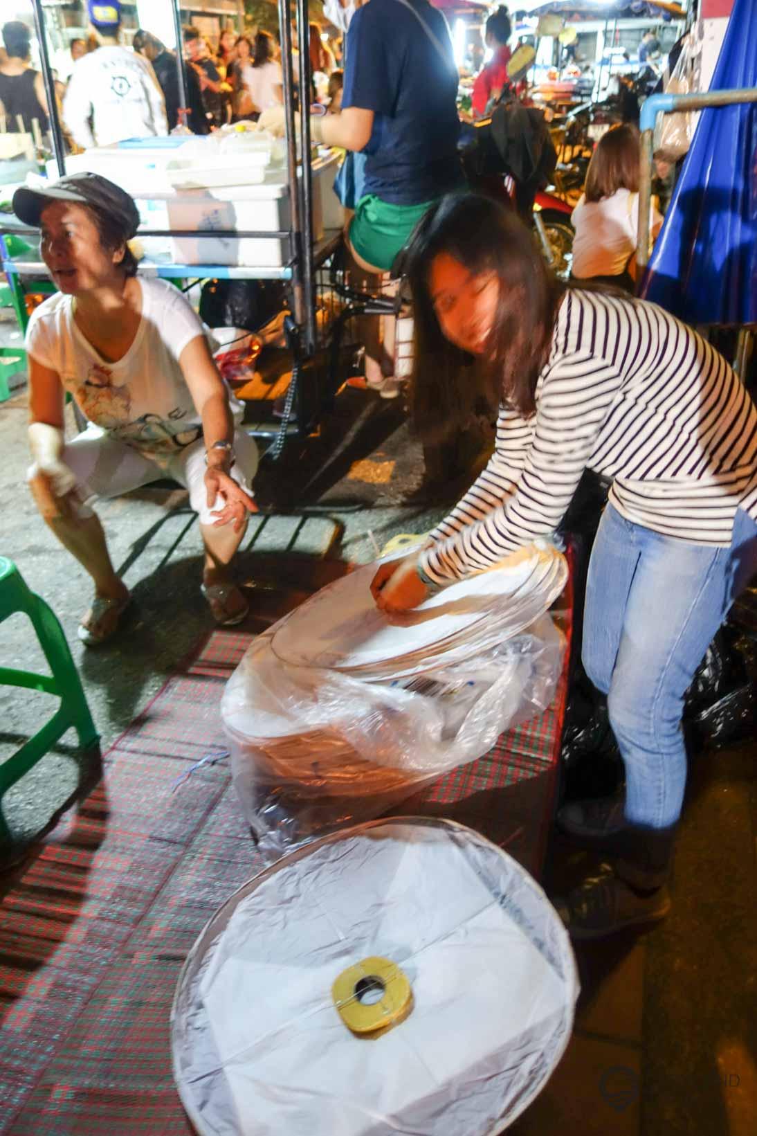 """Eine Fachverkäuferin für Heißluftpapierlaterne """"Khom Loi"""""""
