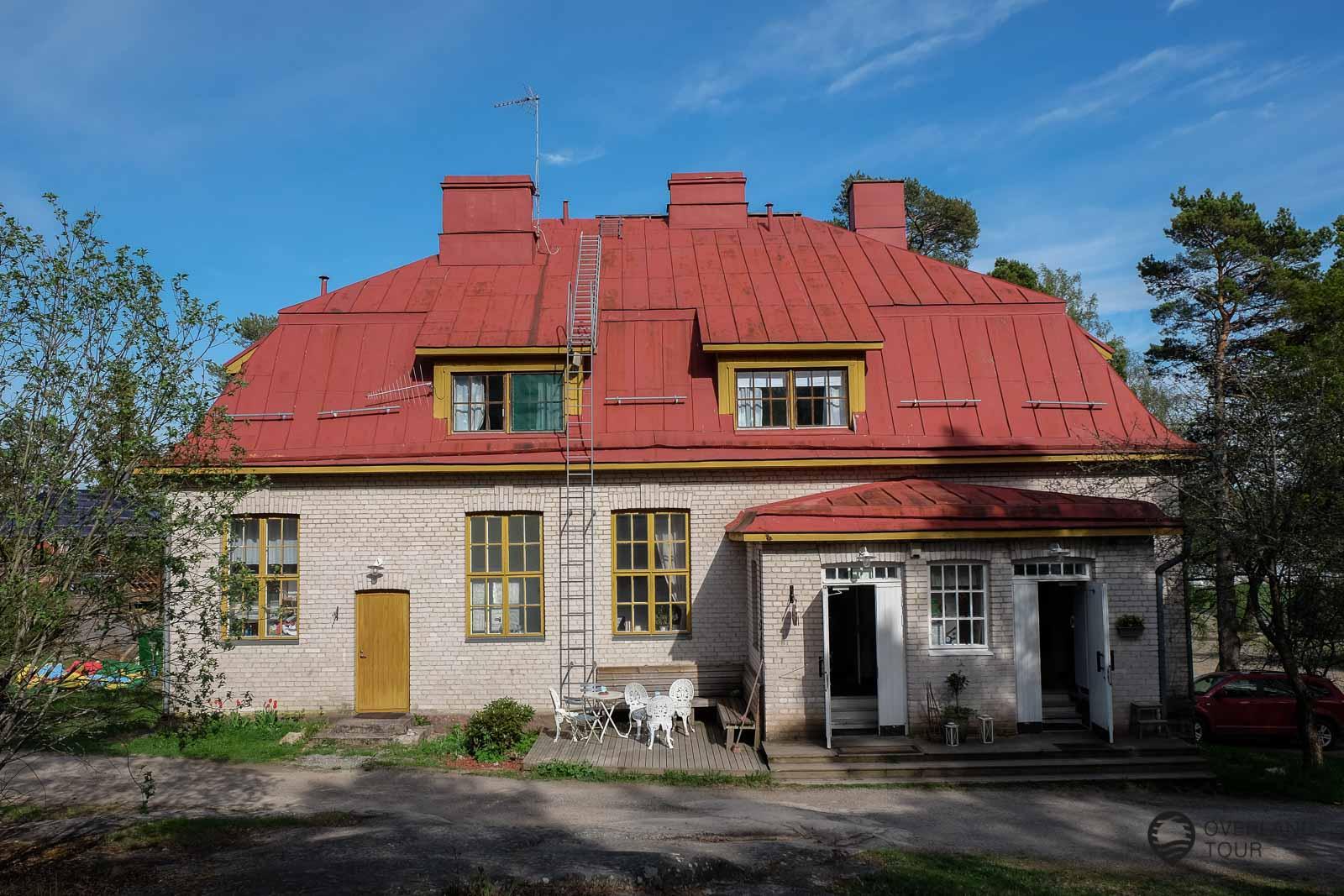 Das alte Schulhaus ist jetzt das B&B Kirjais Kursgård