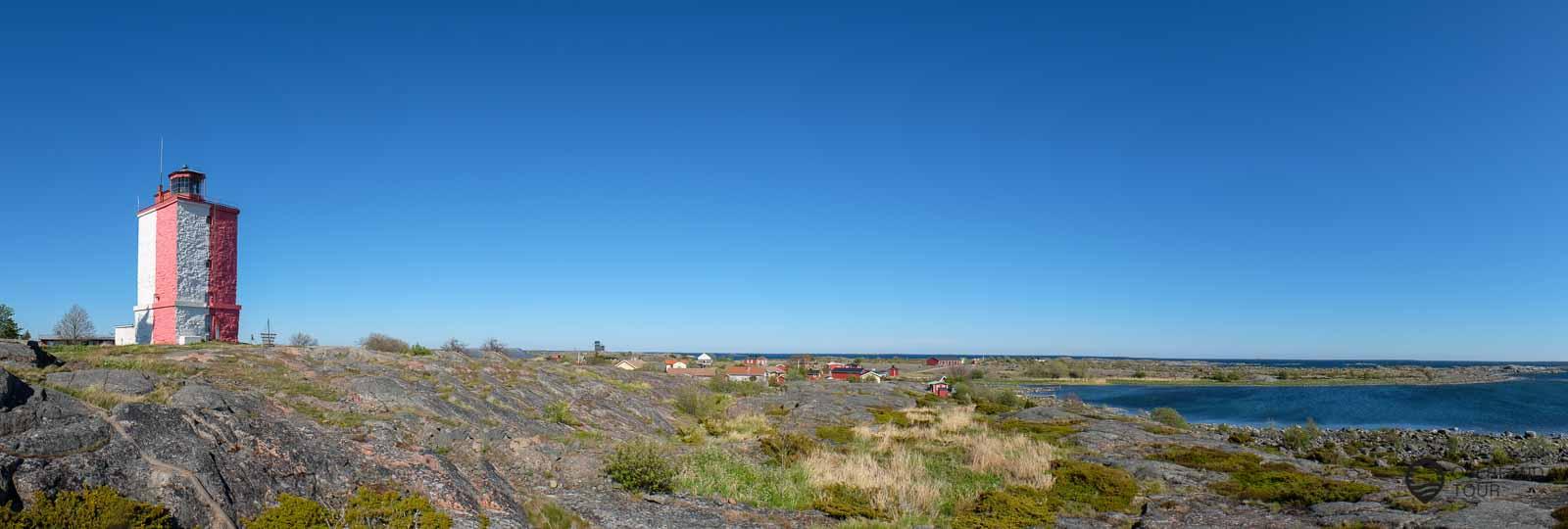 Der Leuchtturm von Utö am Horizont des Schärenmeers