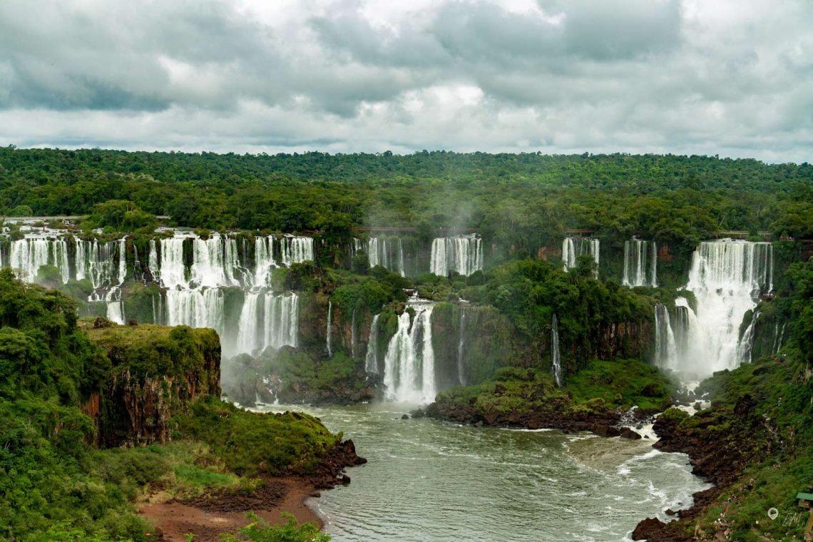 Der 1. Blick auf die Panoramakulisse der Iguazú Wasserfälle von der brasilianischen Seite