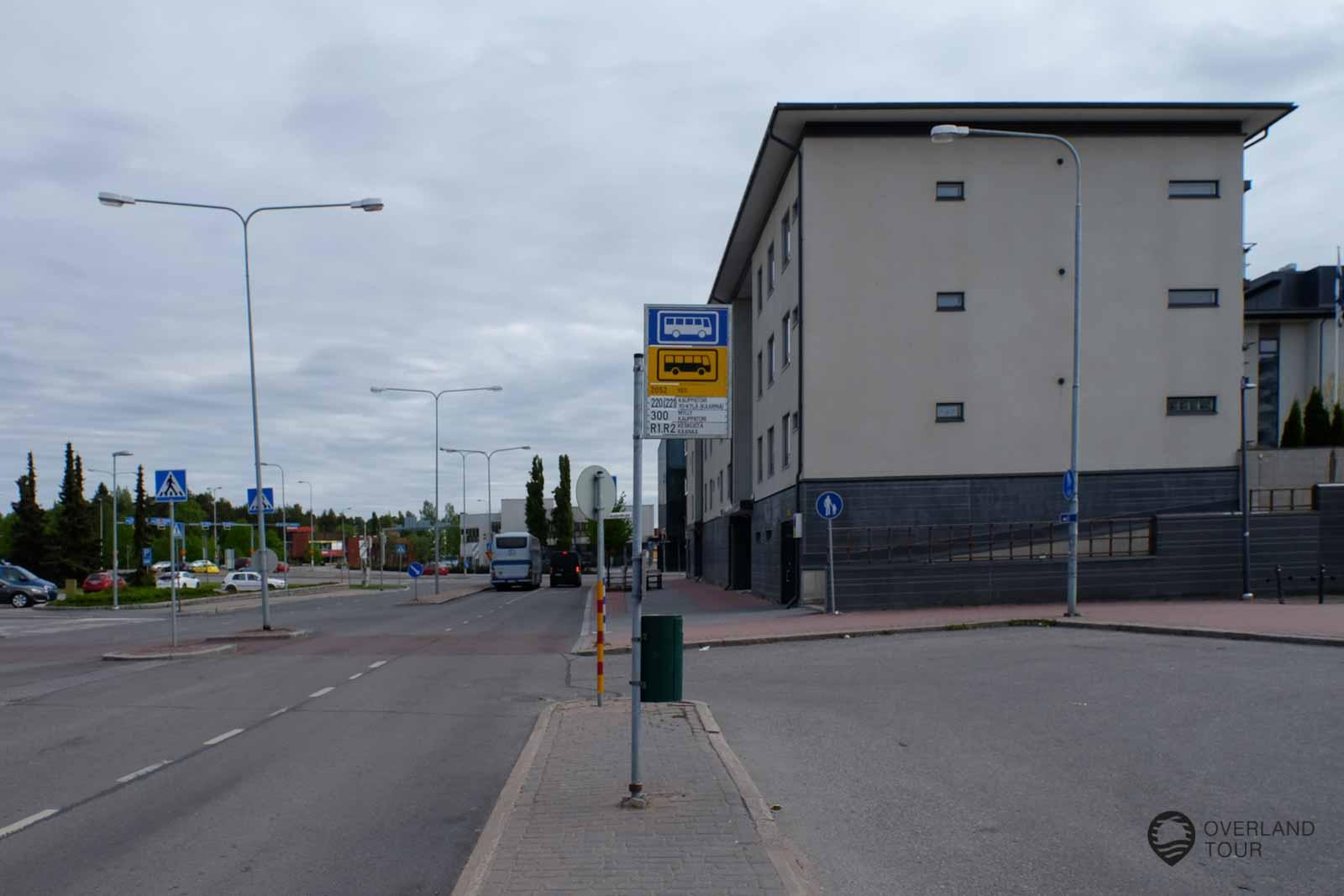 In Raisio musst du umsteigen. Hier aus dem Bus aussteigen und einfach ca. 30 Meter weiter laufen (wie der Bus fährt) und dann gleich rechts ist die Bushaltestelle nach Naantali