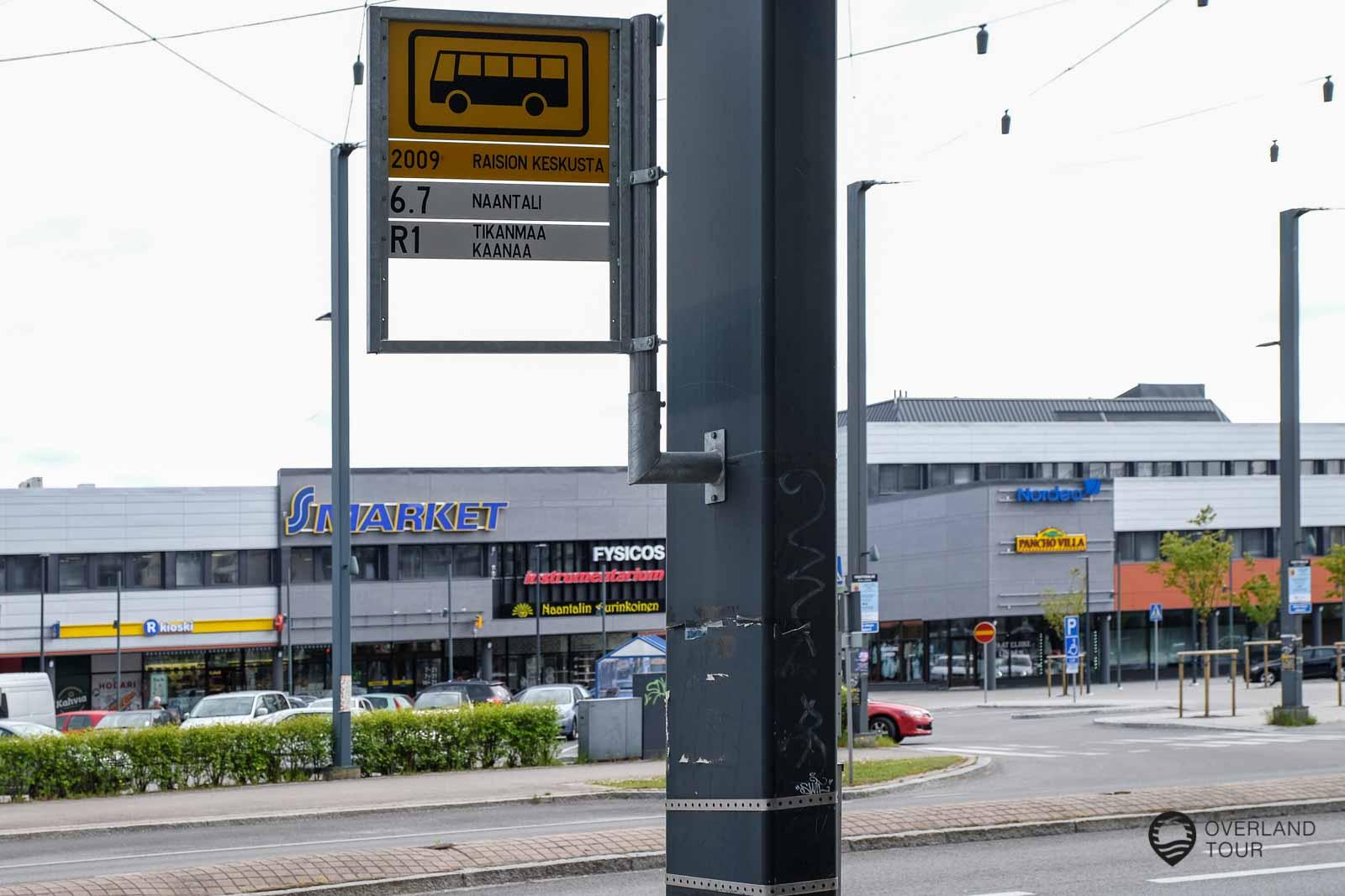 In Raisio musst du umsteigen. Die Bushaltestelle nach Naantali ist etwas versteckt, nur an einem Lampenmast hängt ein Schild