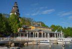 Das Restaurant Merisali direkt am Hafen und im Hintergrund die Kirche