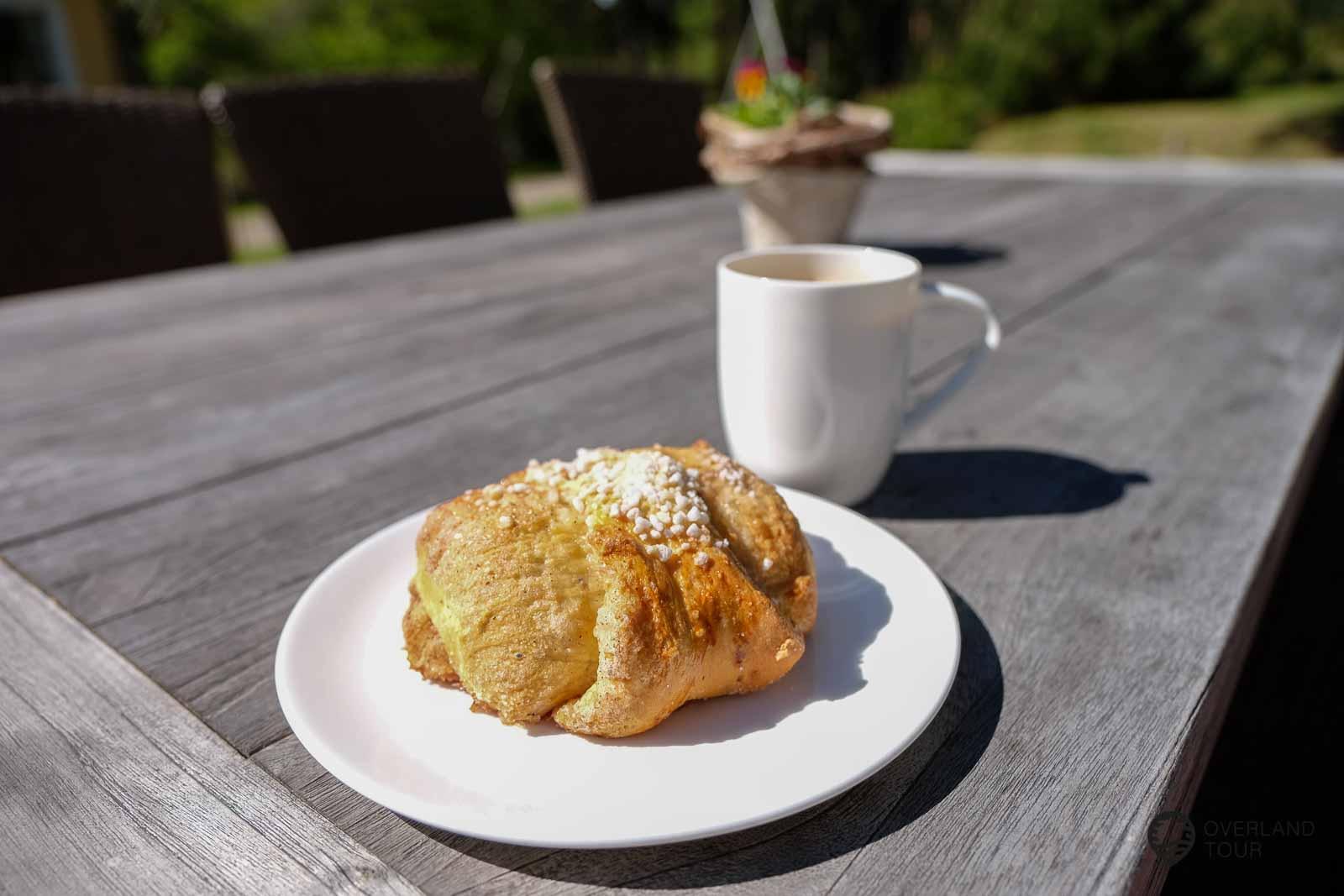 Mein Geheimtipp! Der Megagroße Bula und ein Kaffee im Vartsalan Vanha Koulu Café. Das alte Schulhaus mit dem Garten hat mit gefallen