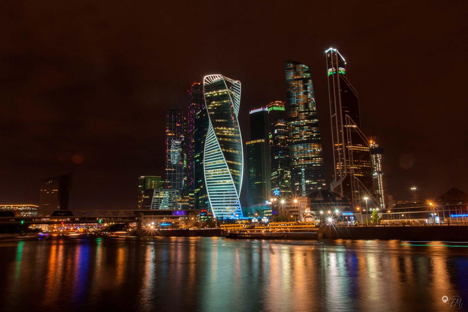 Die leuchtende Skyline von Moskau City zeigt die fortschrittliche Facette der Stadt