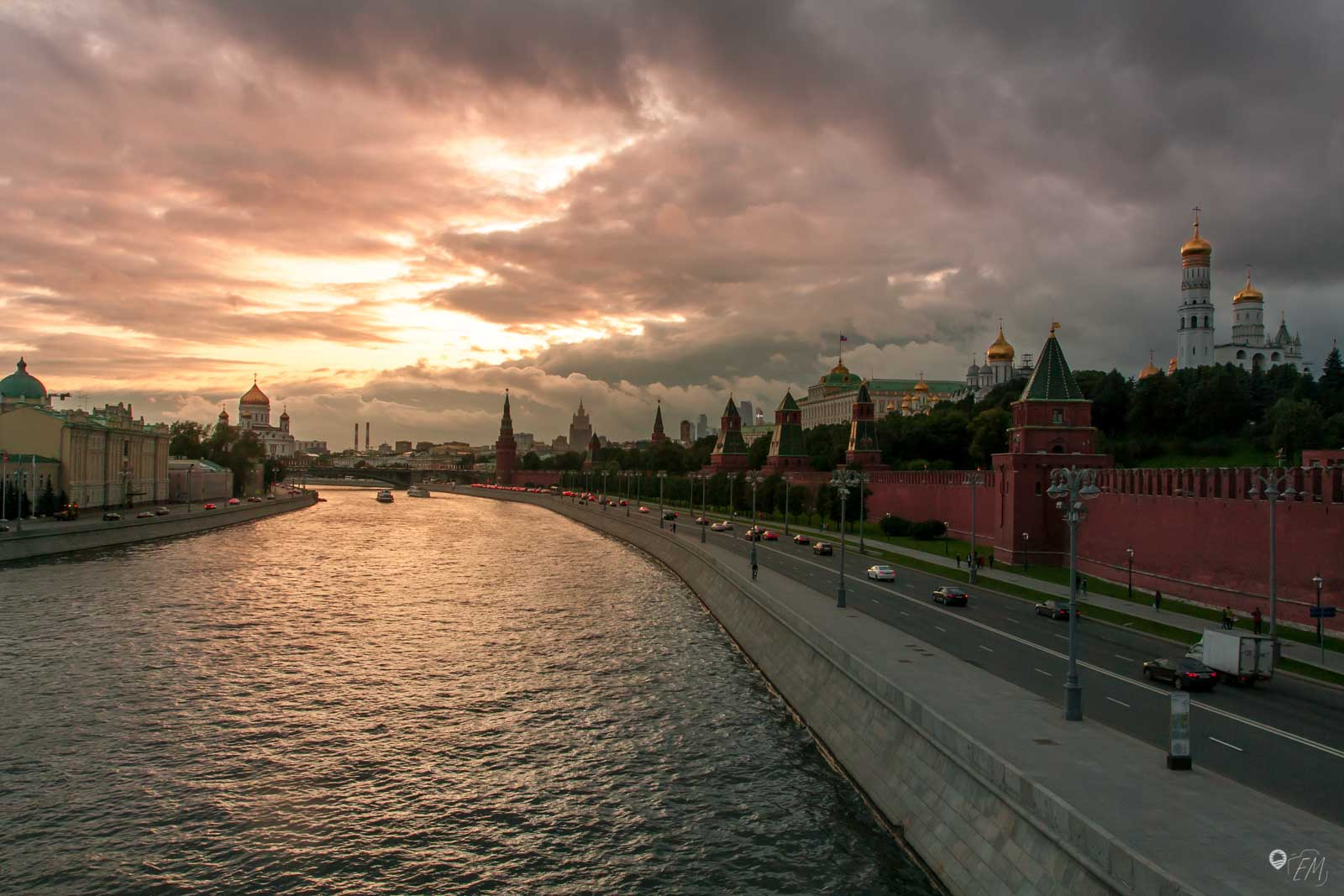 Der Sonnenuntergang von der Brücke vorm Kreml