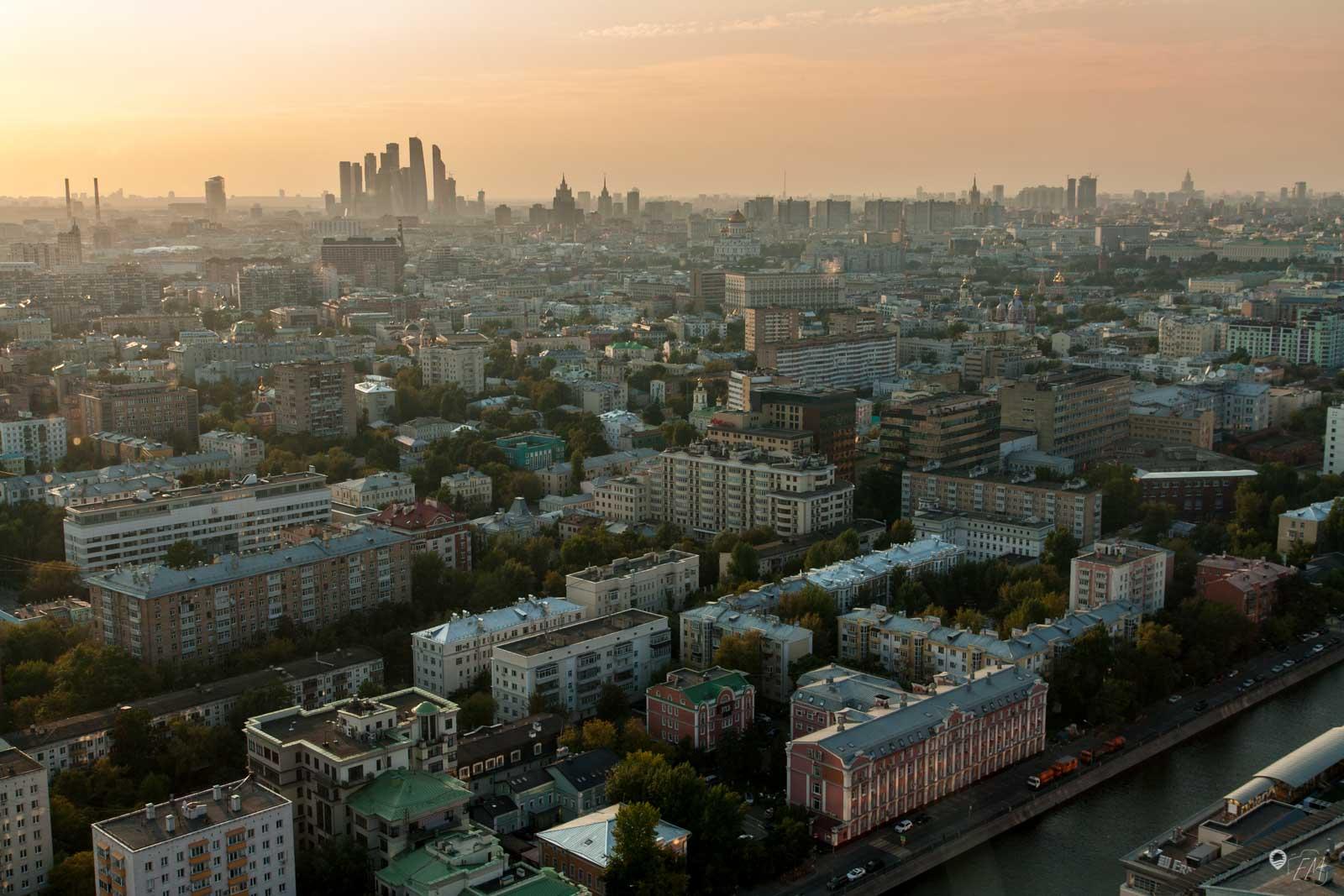 Ein wunderschönes Farbschauspiel über den Dächern Moskaus mit der Skyline im Hintergrund