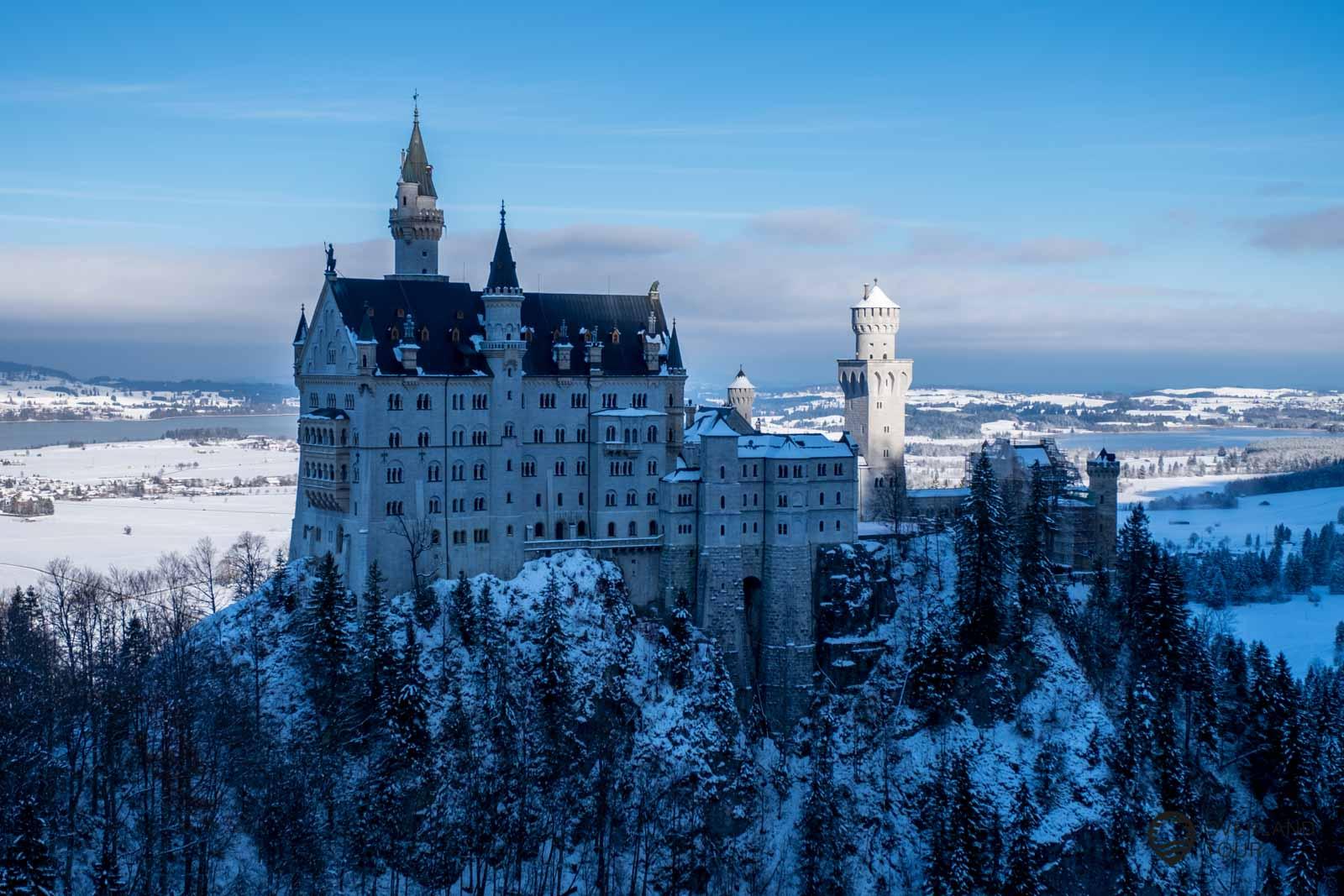 Das Märchenschloss Neuschwanstein von der Marienbrücke aus betrachtet