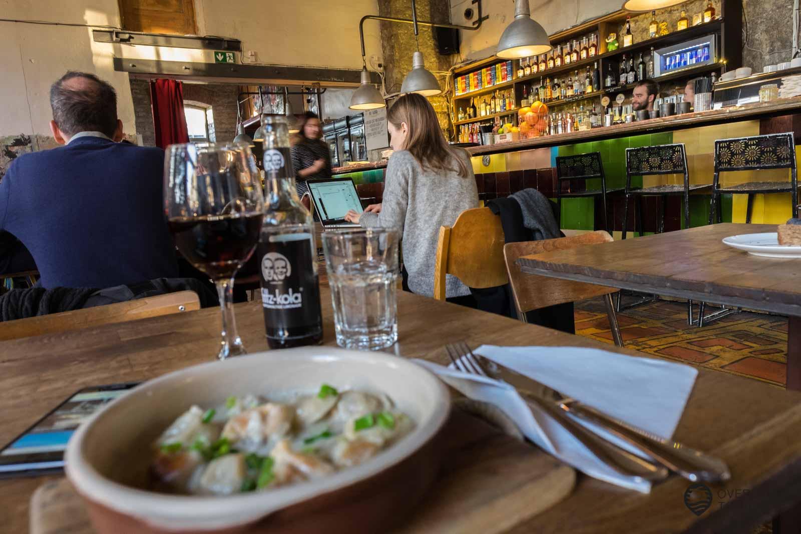 Mein Restaurant Tipp: Das F-hoone abseits der Touristenzone im Szeneviertel Telliskivi Creative City