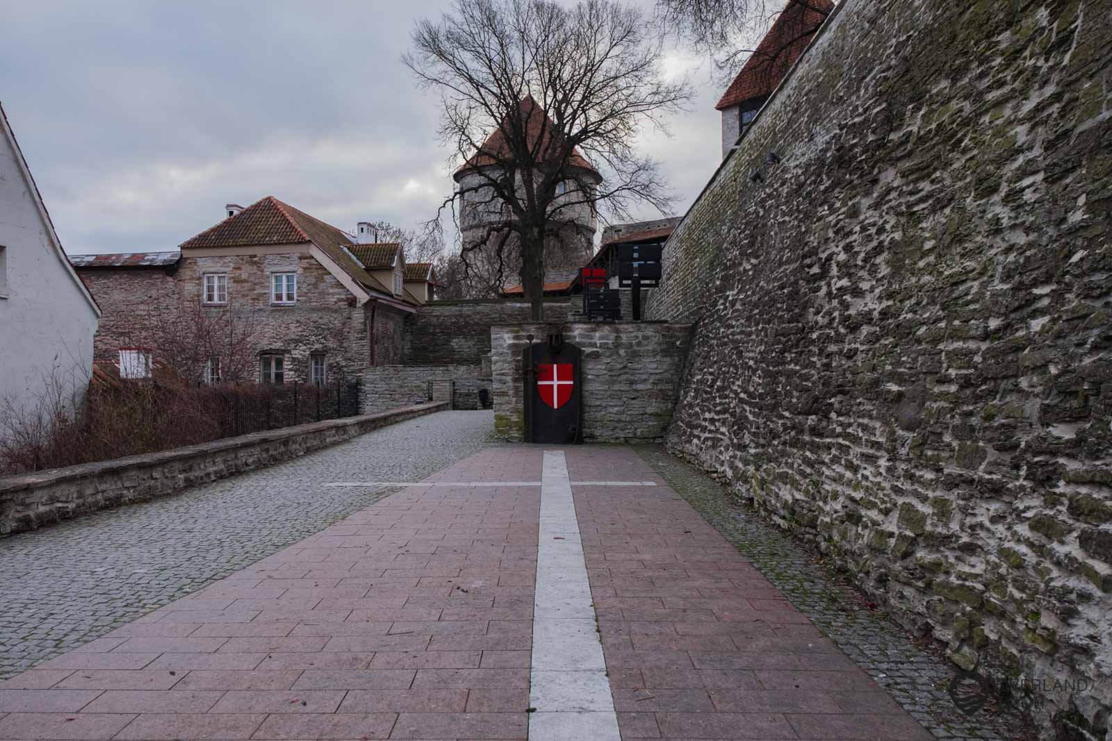 Der Garten des dänischen Königs liegt in der Altstadt von Tallinn, laut Legende fiel eine Flagge aus dem Himmel, die später die Nationalflagge Dänemarks wurde