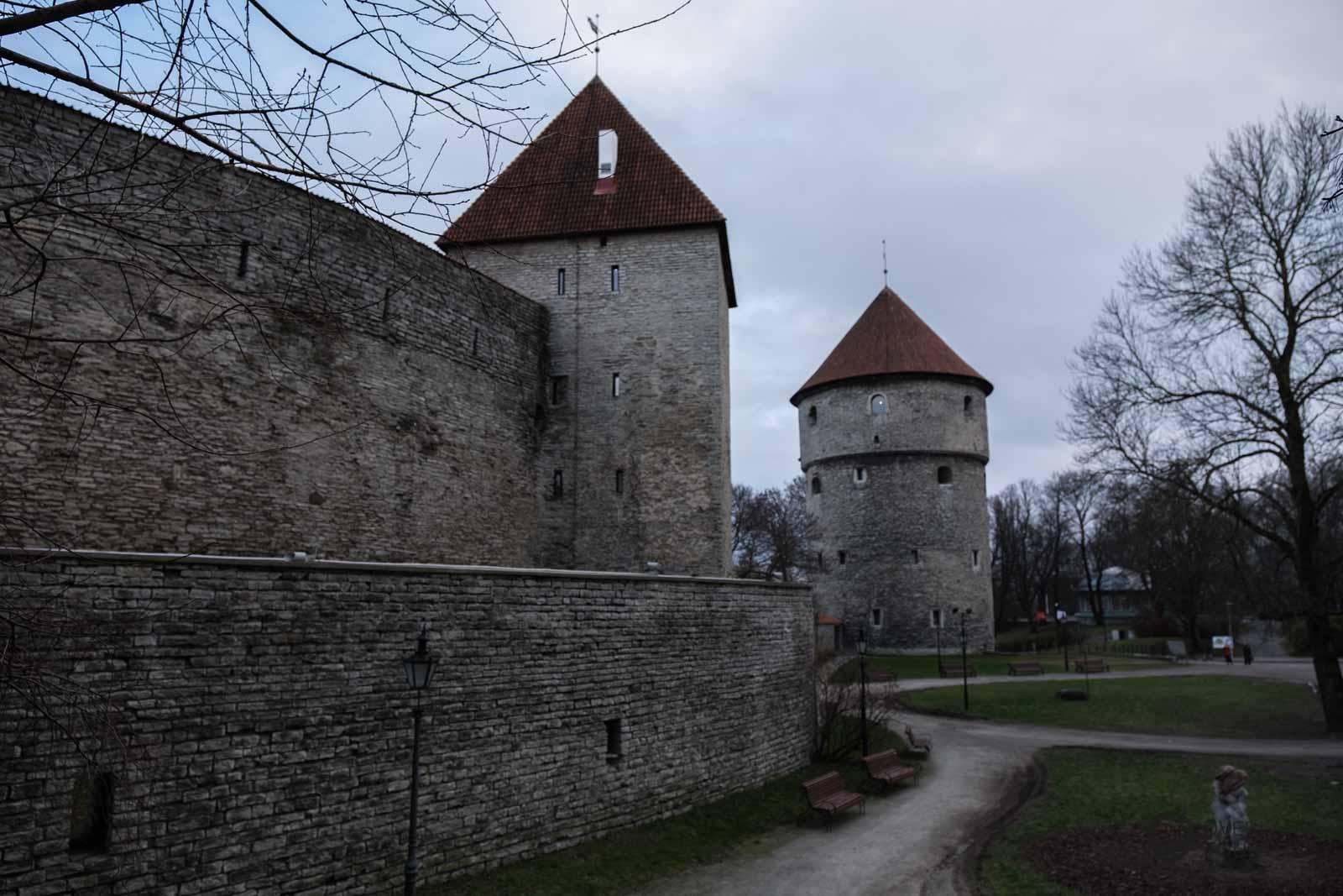 DIe Stadtmauer mit dem Kanonenturm Kiek in de Kök im Hintergrund