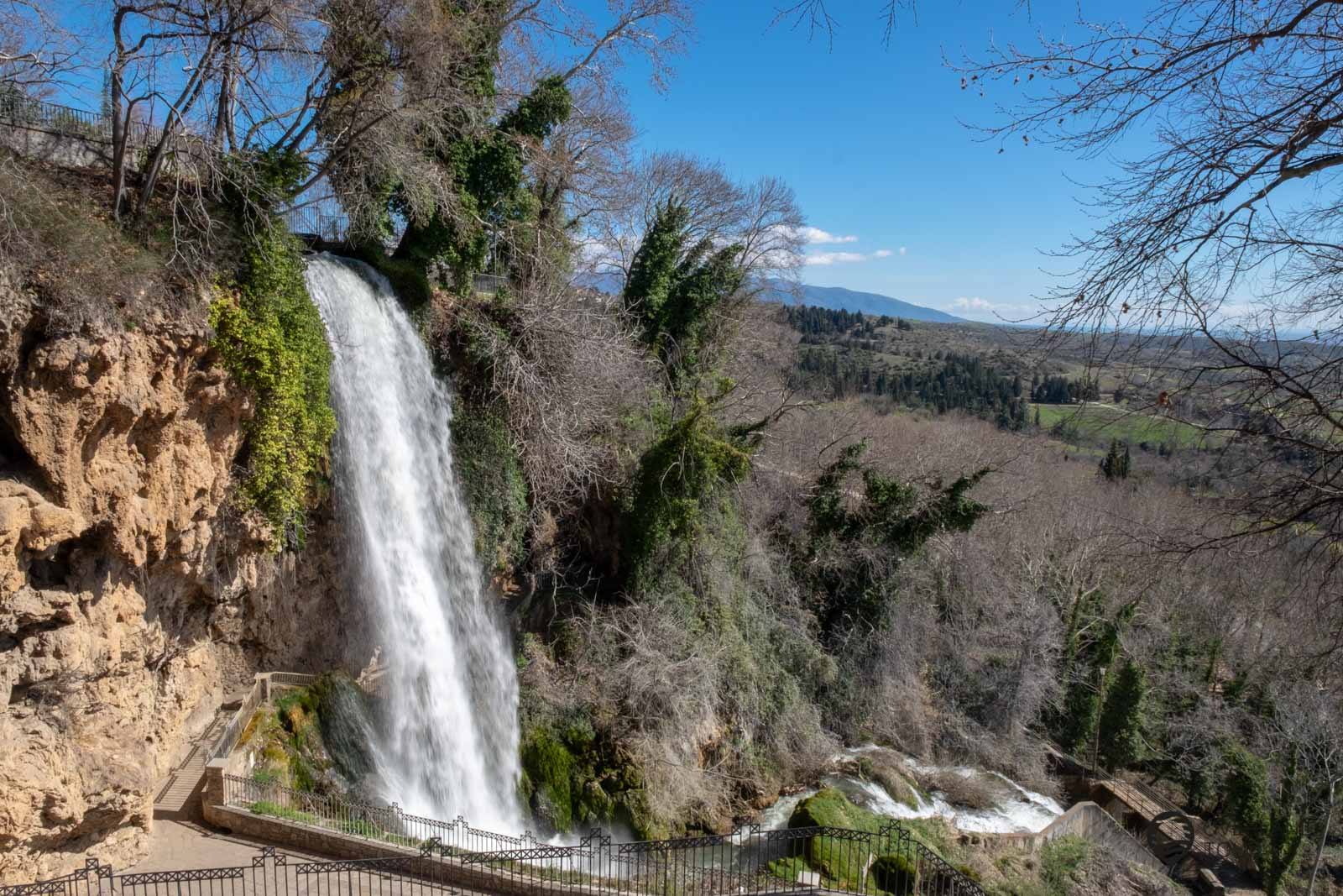 """Der Wasserfall Edessa trägt den Namen """"Karanos"""" und die Wassermassen stürzen 70 Meter tief nach unten"""
