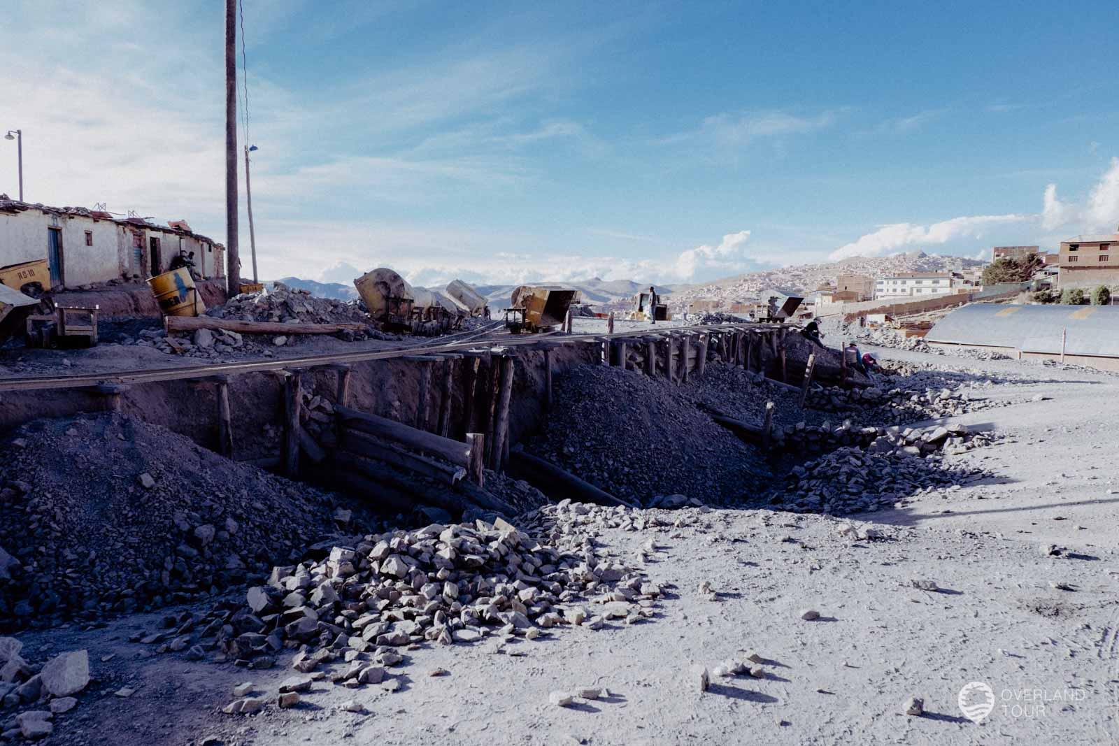 Vor dem Eingang der Silbermine in Potosí