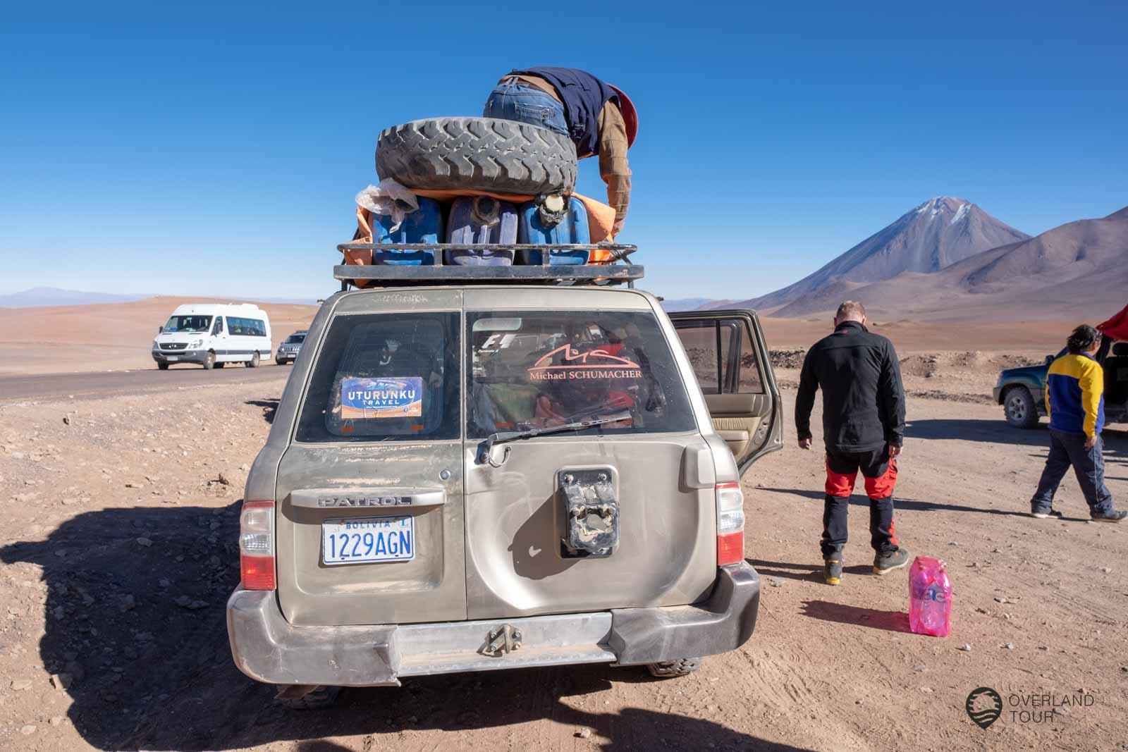 Die Rucksäcke werden auf das Dach des Jeep geschnallt und gut gegen den Staub und Dreck verpackt