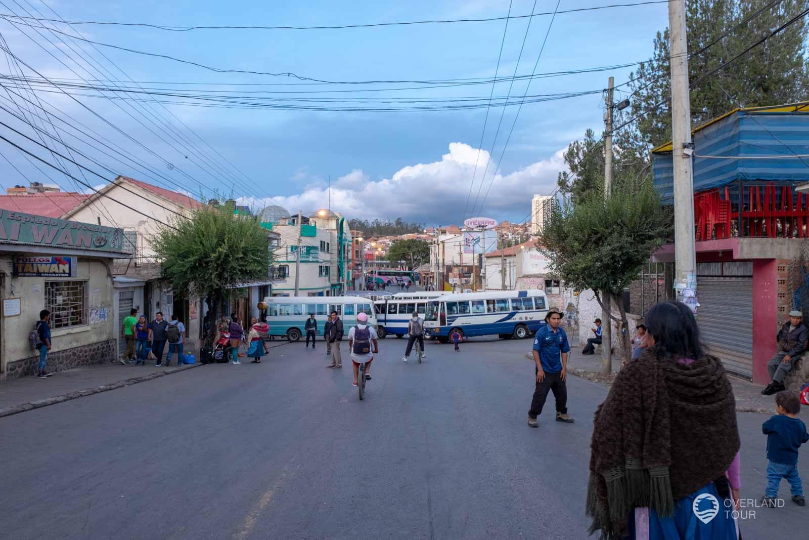 Die Straße vor dem Busbahnhof, ein Durchkommen nicht möglich