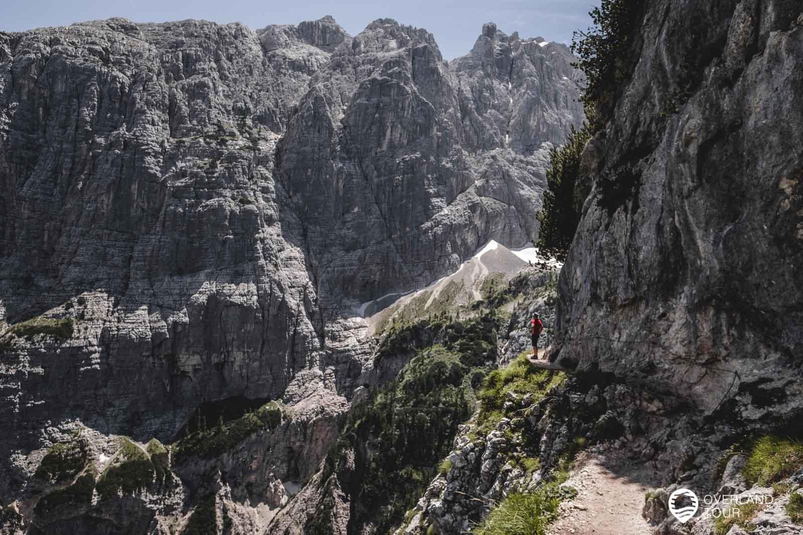 Ich genieße die Aussicht, aber hier ist der Weg recht schmal und Wanderer mit Höhenangst könnten Probleme bekommen