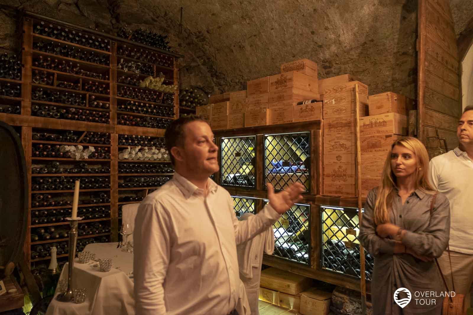 Bei der Weinprobe im Hotel Ansitz Plantitscherhof - Johannes ist mit Leidenschaft dabei