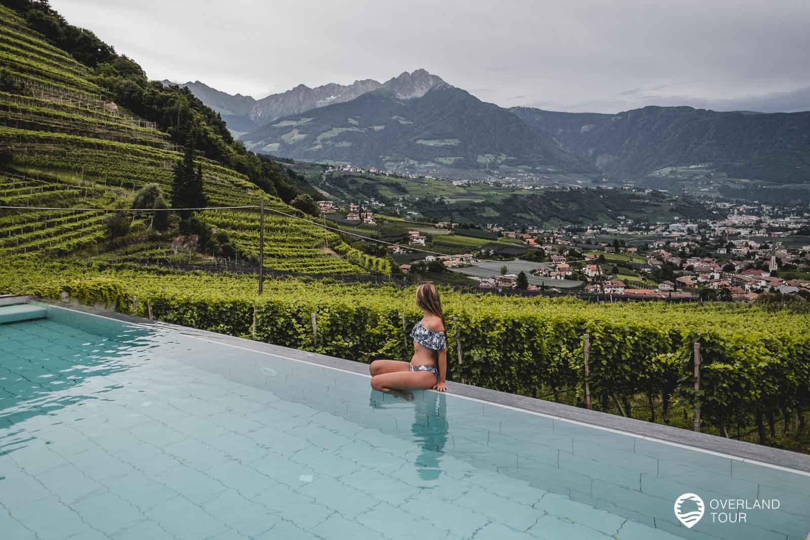 Der geniale Infinity-Pool vom Schloss Plars mit der Aussicht über die Weinreben und Meran