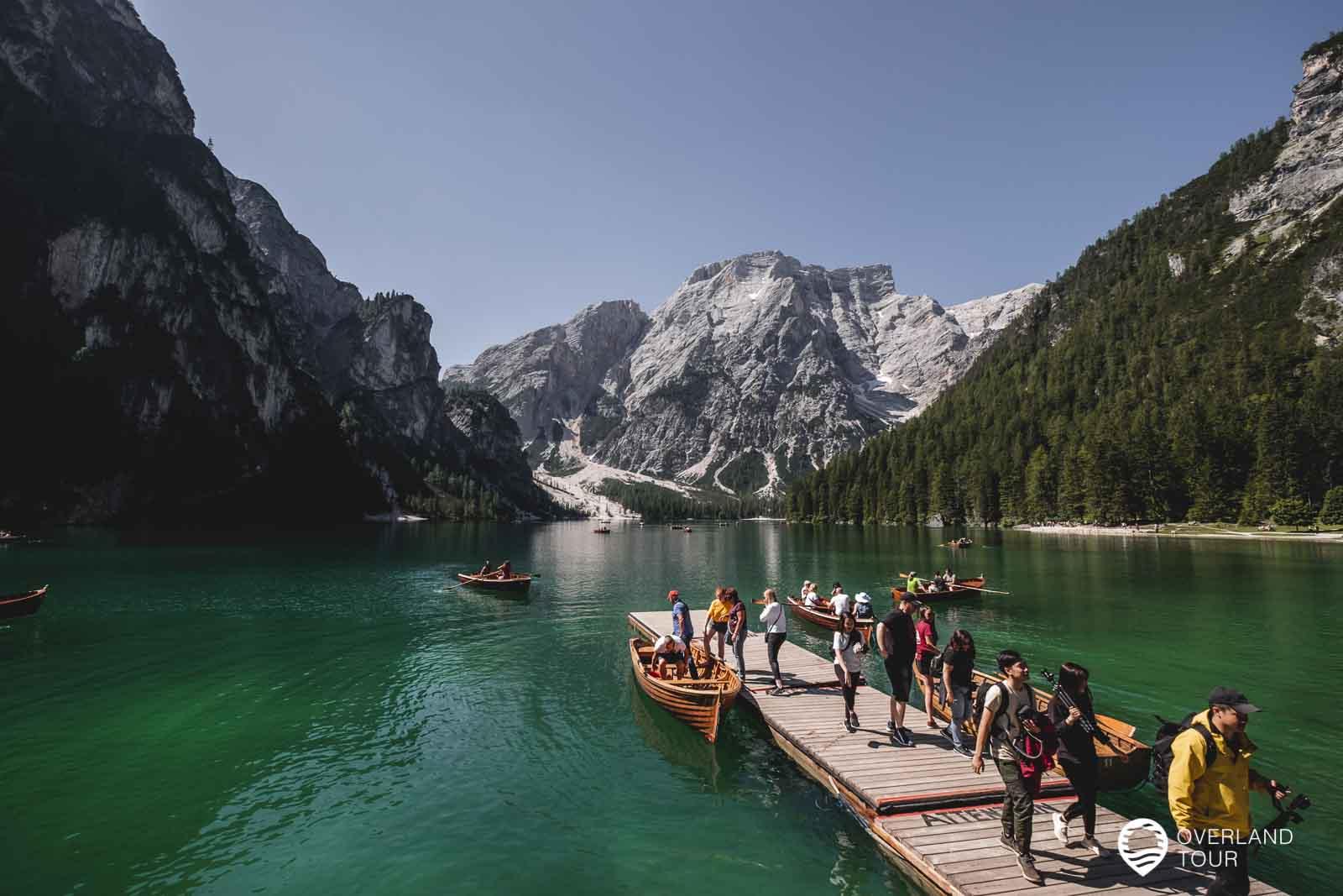 Ab spätestens kurz vor 10 Uhr kommen die Besuchermassen und der Pragser Wildsee verliert sein zauber