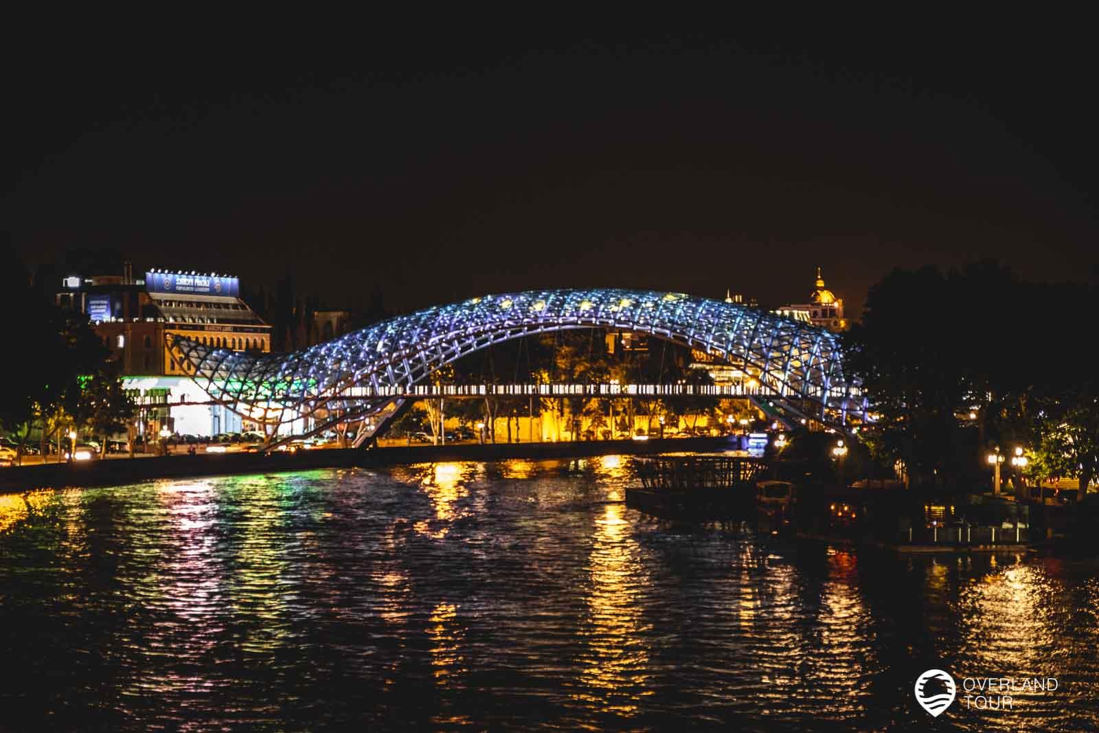 Die Friedensbrücke von Tbilissi bei Nacht