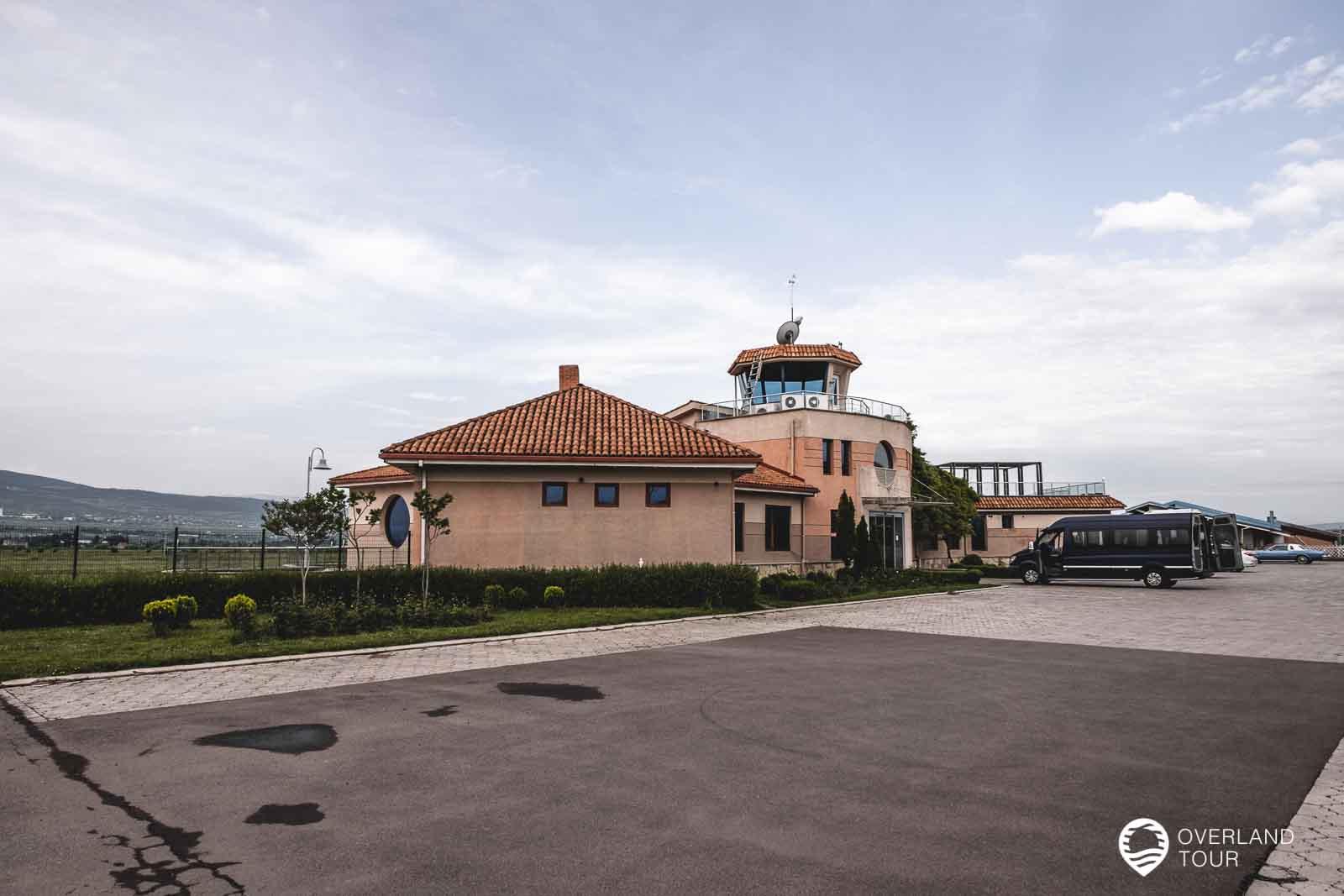 Der Flugplatz Natakhtari bei Tiflis von wo es mit dem Flugzeug nach Mestia geht