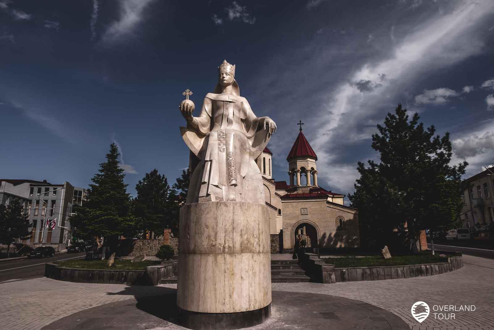 Denkmal der Königin Tamar vor der Amaghleba-Kirche in Achalziche
