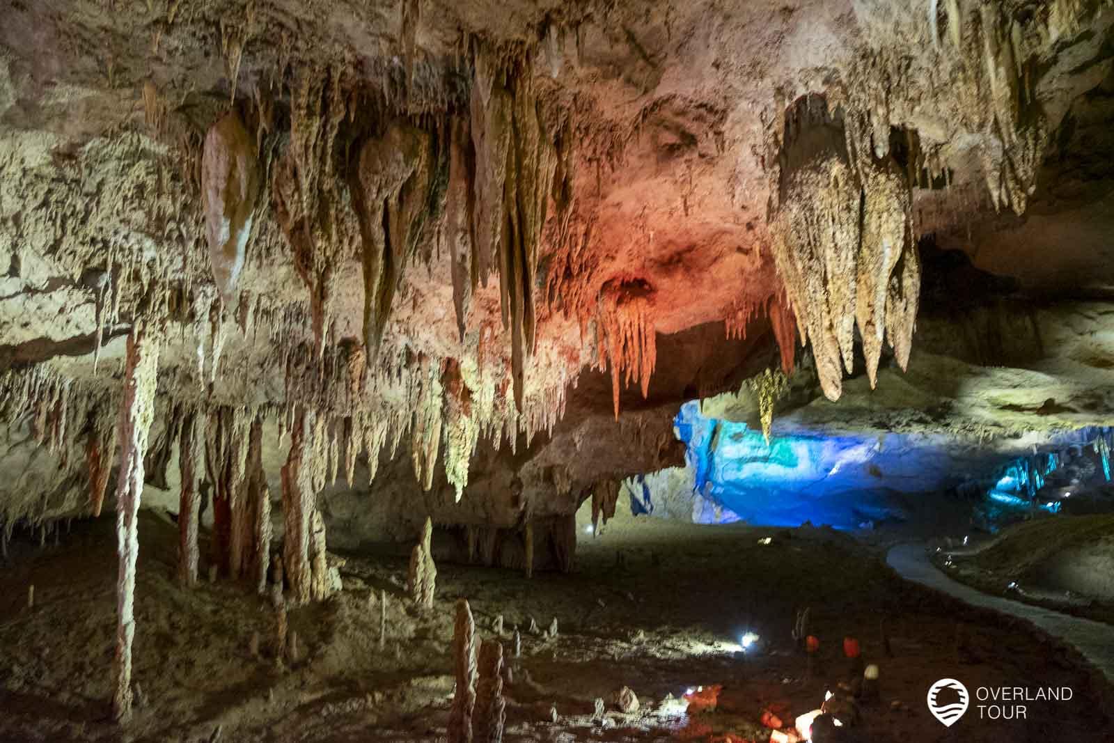 Die bunt illuminierten Prometheus Cave mit ihren Stalaktiten, Stalagmiten, Wasserfällen, unterirdischen Flüssen und Seen