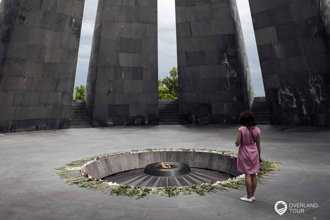 Die ewige Flamme ist von 12 großen grauen Basaltplatten umgeben und jede von ihnen repräsentiert eine der 12 verlorenen Provinzen Westarmeniens
