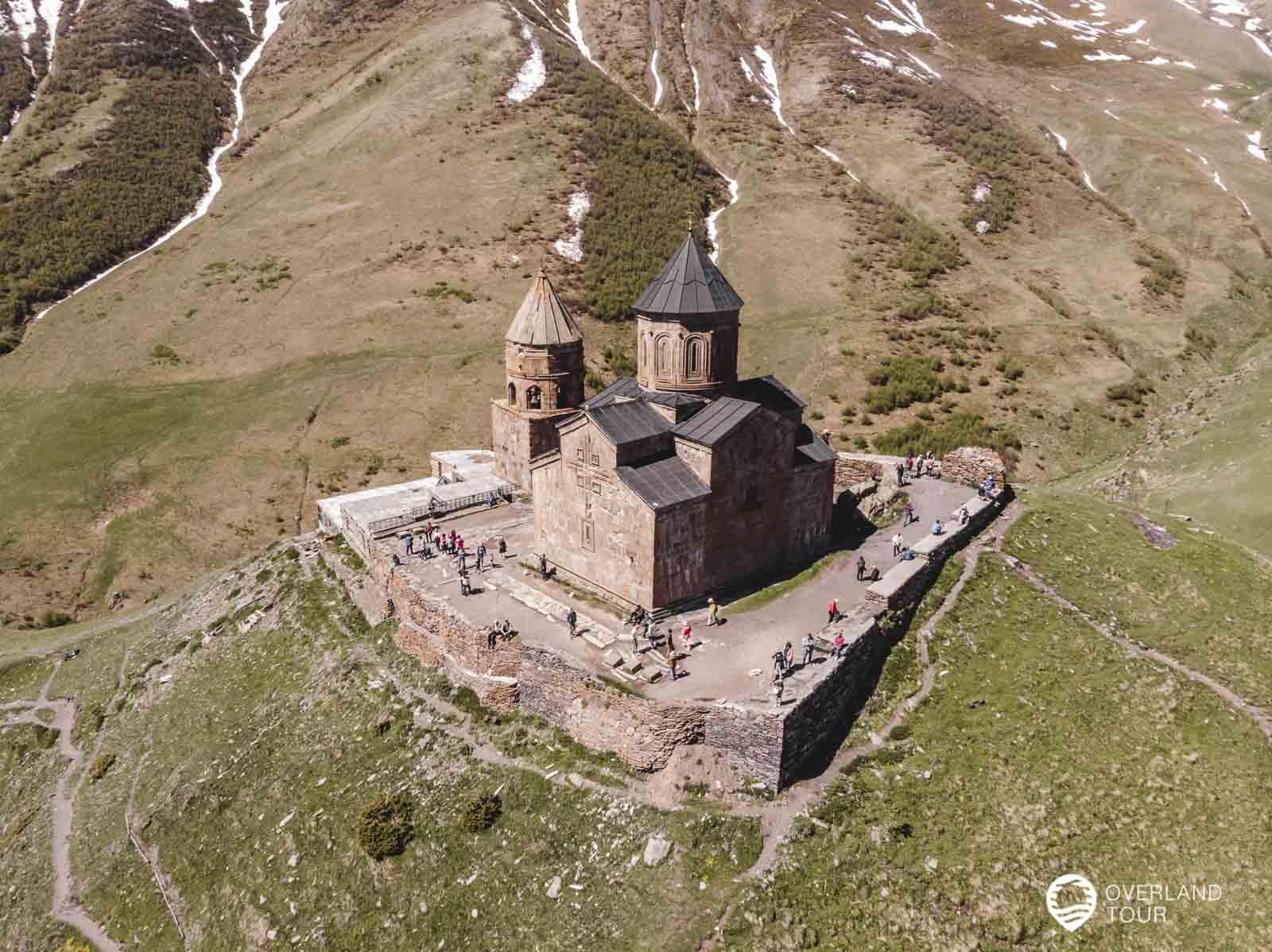 Die Gergeti Dreifaltigkeitskirche von oben mit der Drohne aufgenommen