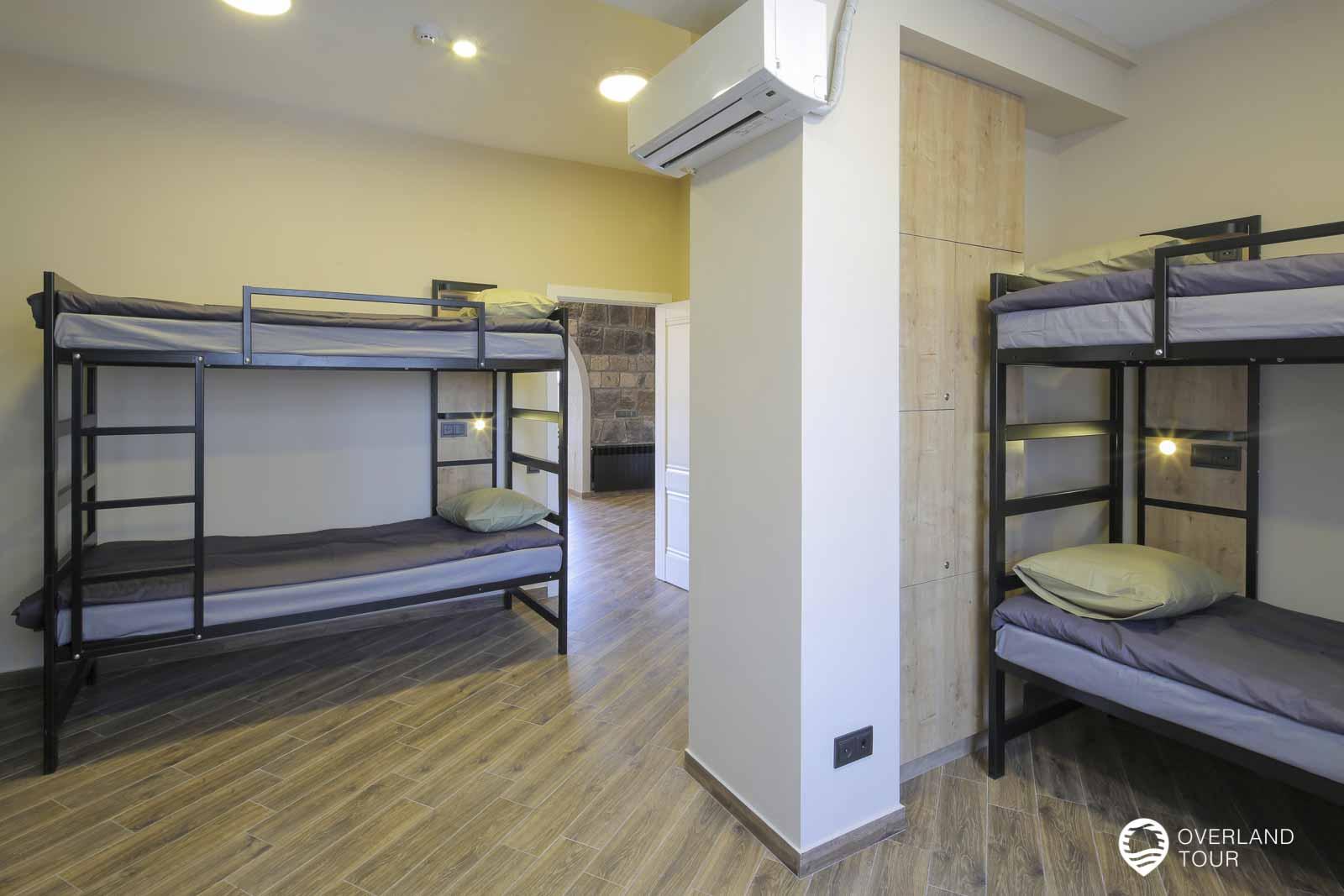 Das Drom im hostel ist super große und so fällt es auch nicht auf, das bis zu 8 Personen hier übernachten können. Auch gibt es für jedes Bett einen Locker