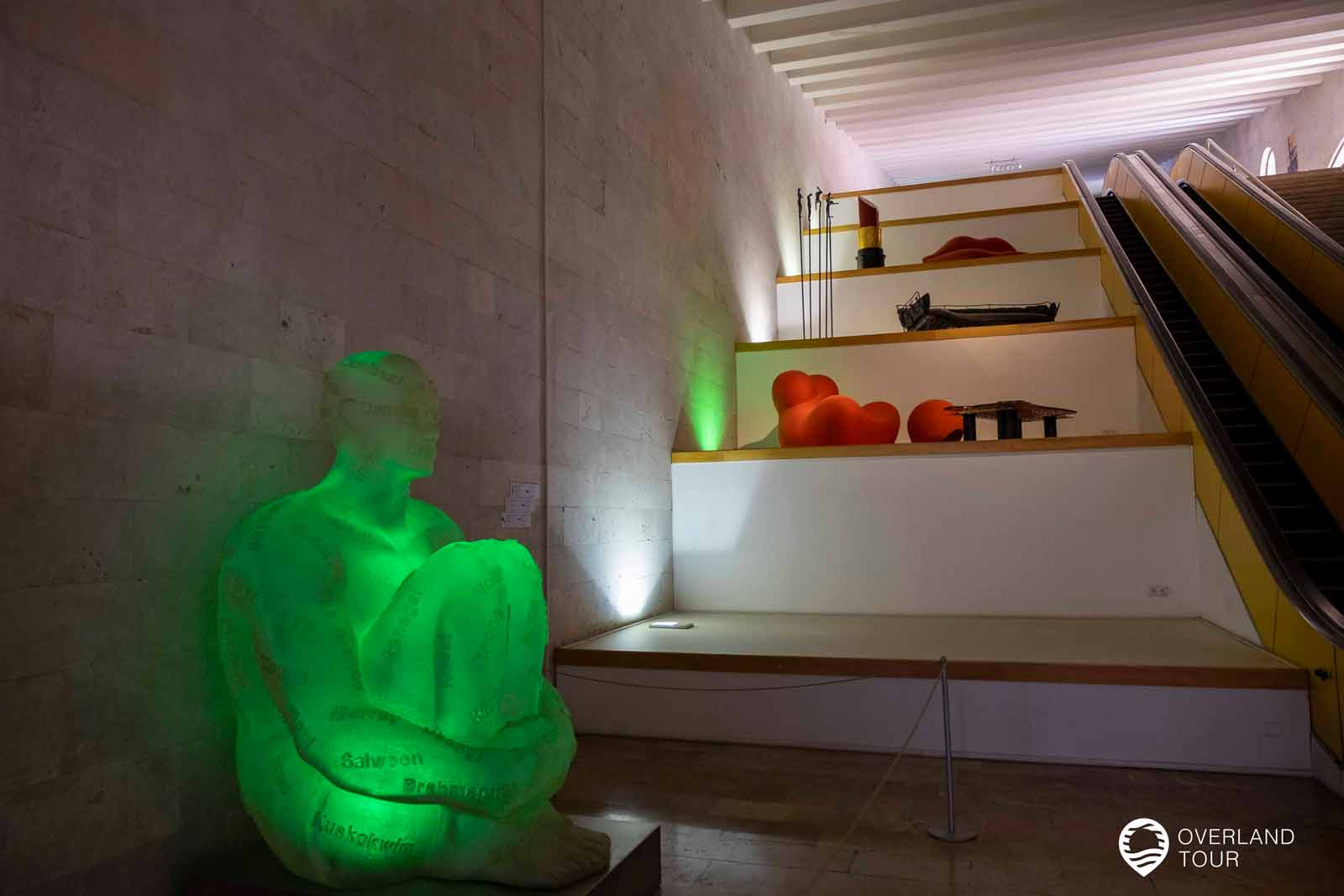 Sehenswürdigkeit Jerewan   Top 10 - Das Cafesjian Center for the Arts liegt unter den Kaskaden und ist ein Museum für zeitgenössischen Kunst