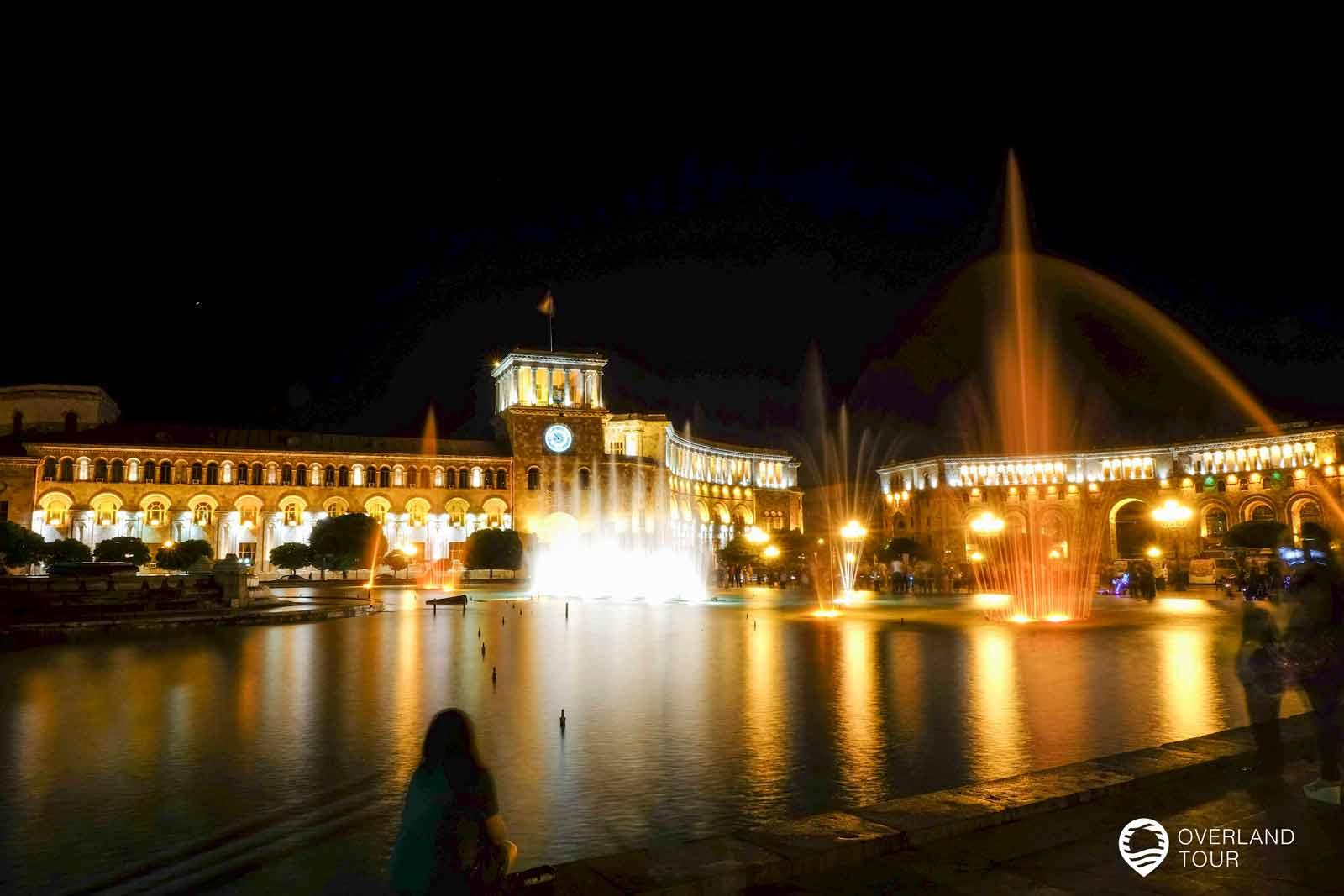 Sehenswürdigkeit Jerewan   Top 1 - Den Charme erhält der Platz der Republik durch die Gebäude, die ihn umgeben und das besonders bei Nacht