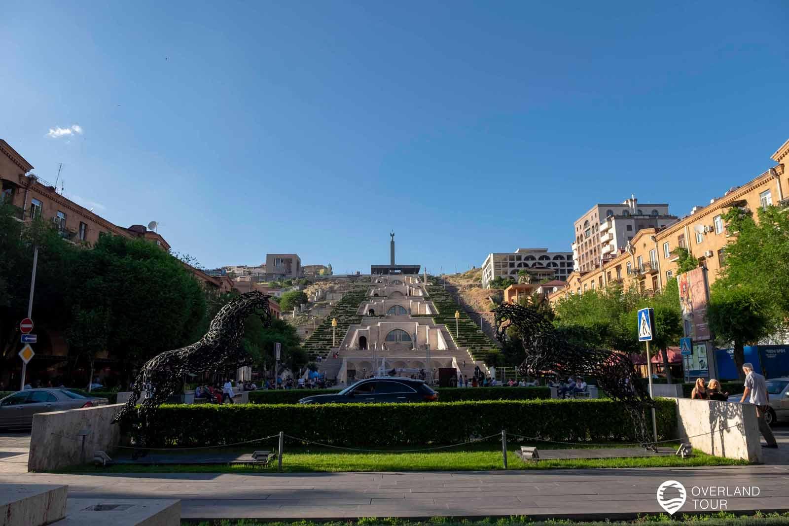 """Sehenswürdigkeit Jerewan   Top 2 - Die """"Yerevan Cascade"""" ist eine riesige Treppe, die aus hellen Kalkstein gebaut wurde von wo man einen spektakulären Blick auf den Doppelgipfel des Großen und des Kleinen Ararat hat"""