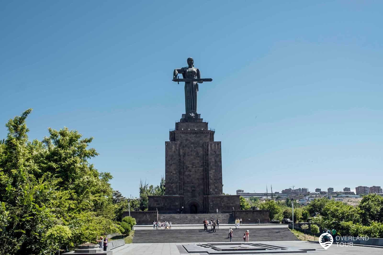 """Sehenswürdigkeit Jerewan   Top 3 - Die Statue """"Mother Armenia"""" hat eine Gesamthöhe von 51 Metern und besteht aus gehämmertem Kupfer und ist 24 Meter hoch"""