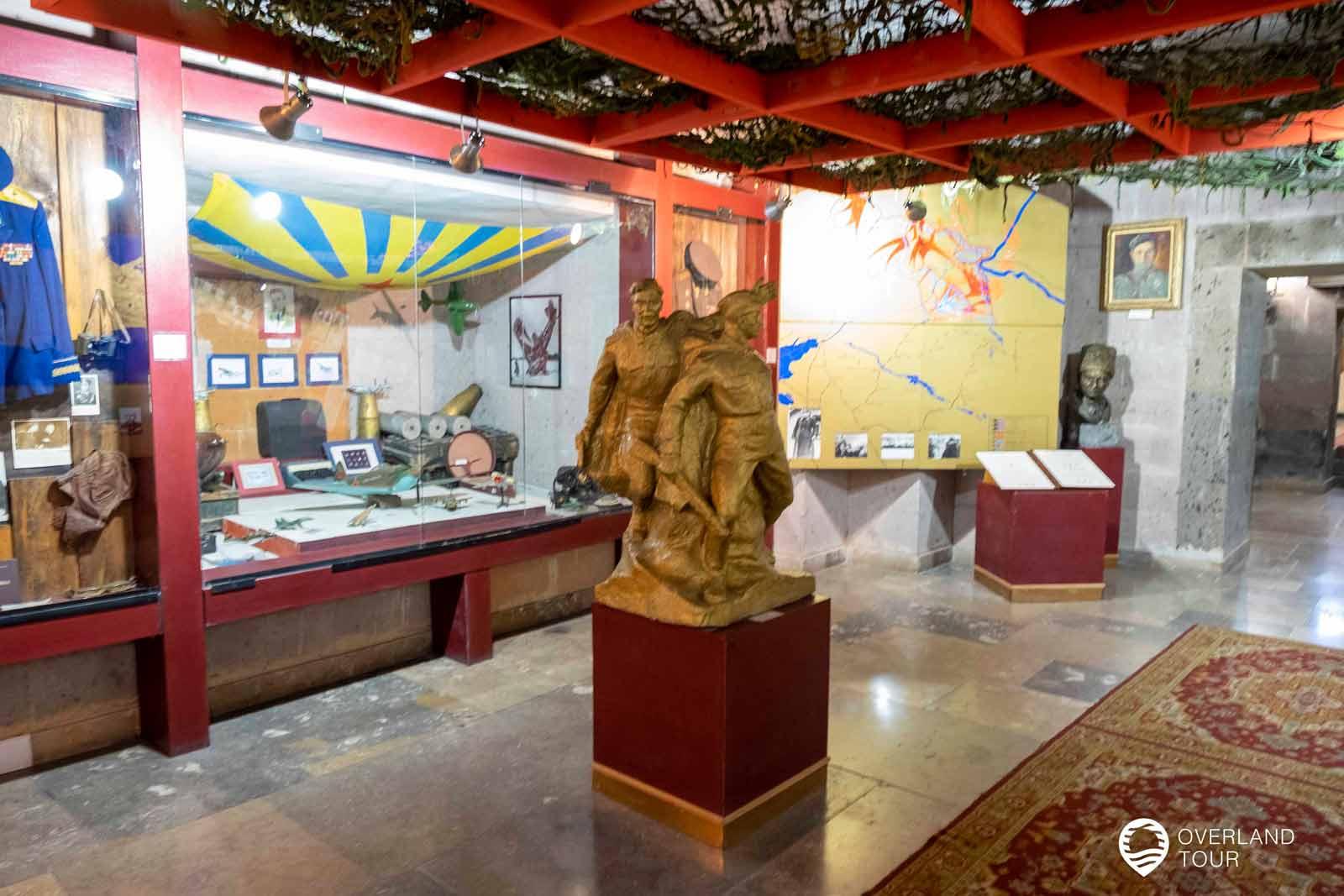 """Sehenswürdigkeit Jerewan   Top 3 - Die Statue """"Mother Armenia"""" mit dem Militärmuseum im Fuße der Mutter Armenien Statue"""