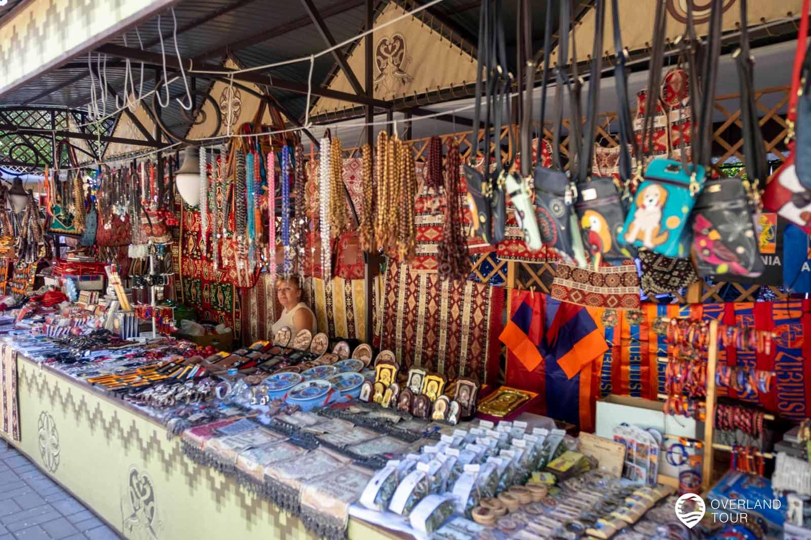 Sehenswürdigkeit Jerewan | Top 7 - Hier auf der Vernissage bekommst du den Nippes, den die Touristen ihren Lieben mit nach Hause mitbringen