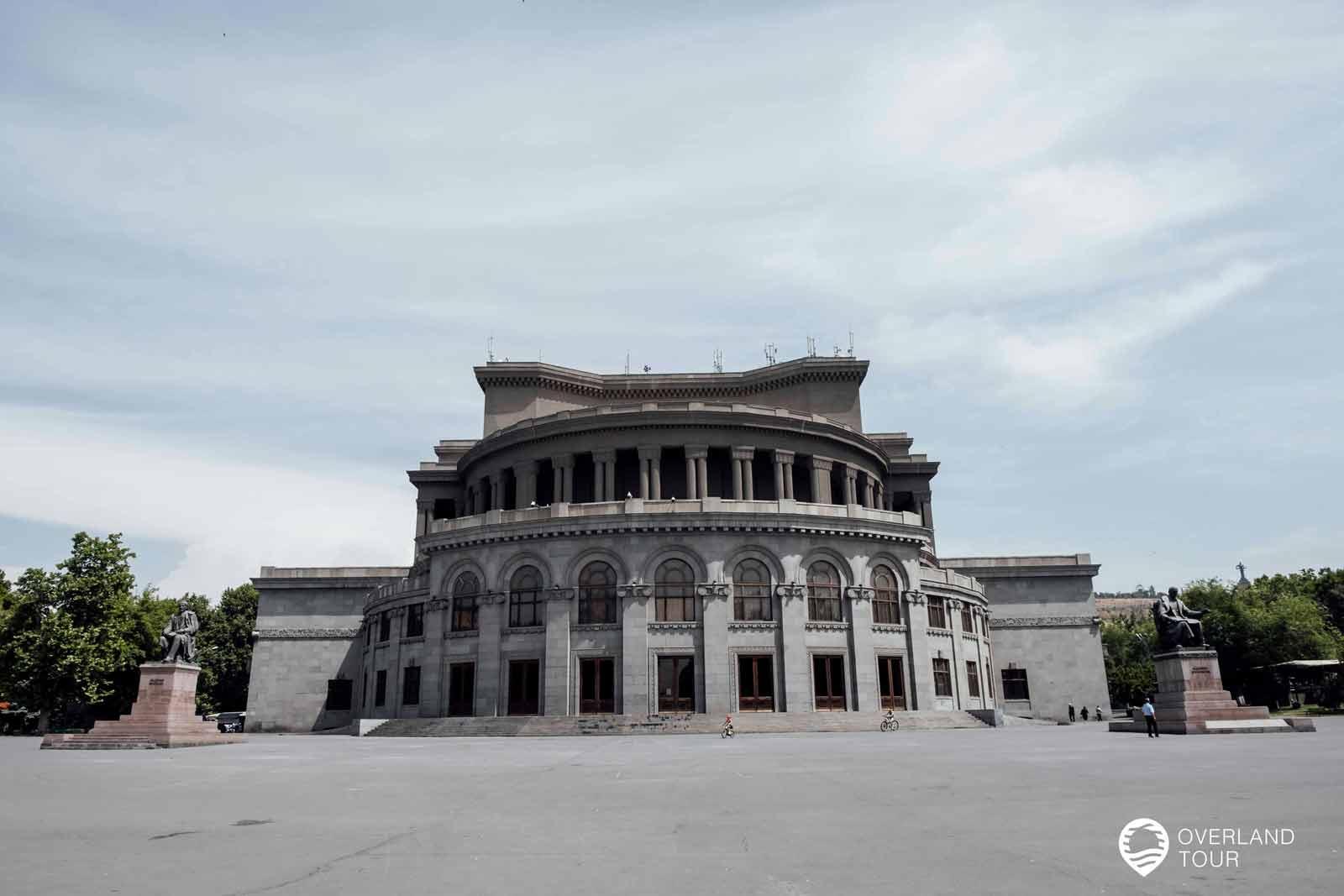 Sehenswürdigkeit Jerewan   Top 8 - Der Platz der Freiheit vor dem armenischen Opernhaus ist ein Treffpunkt der Jerewaner