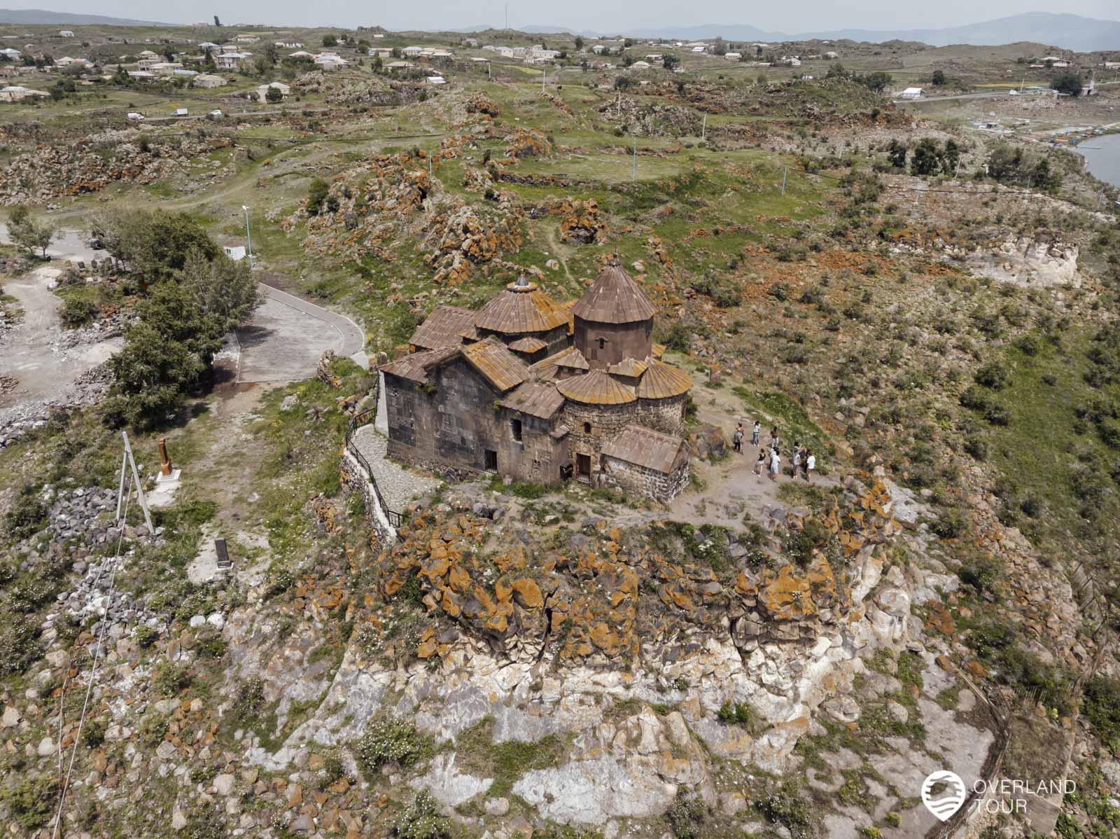 Das Kloster Hayrawank liegt auf einer kleinen felsigen Anhöhe direkt am Ufer des Sevan Lakes