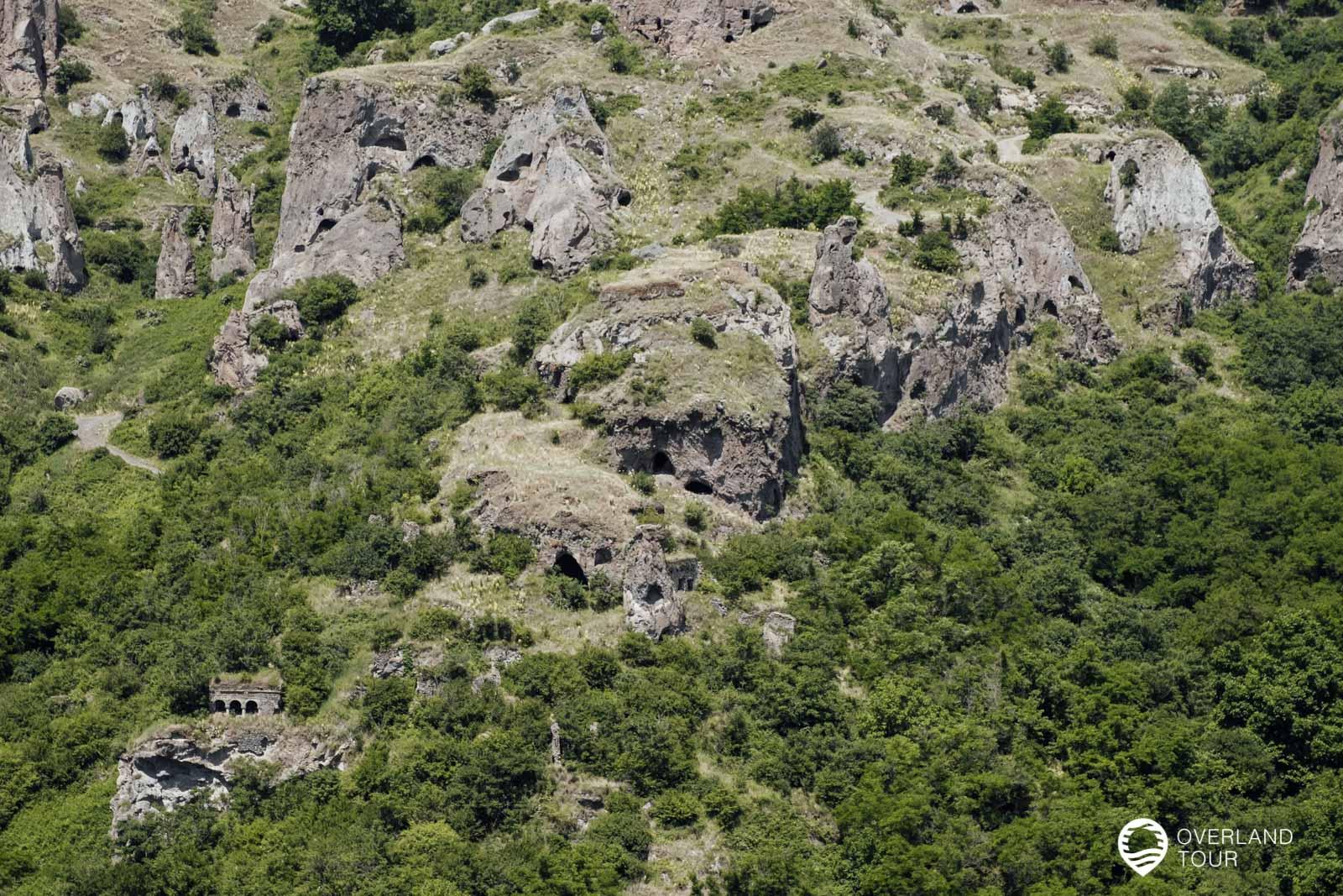 Hier sieht man schön die ersten Höhlen in den Felsen